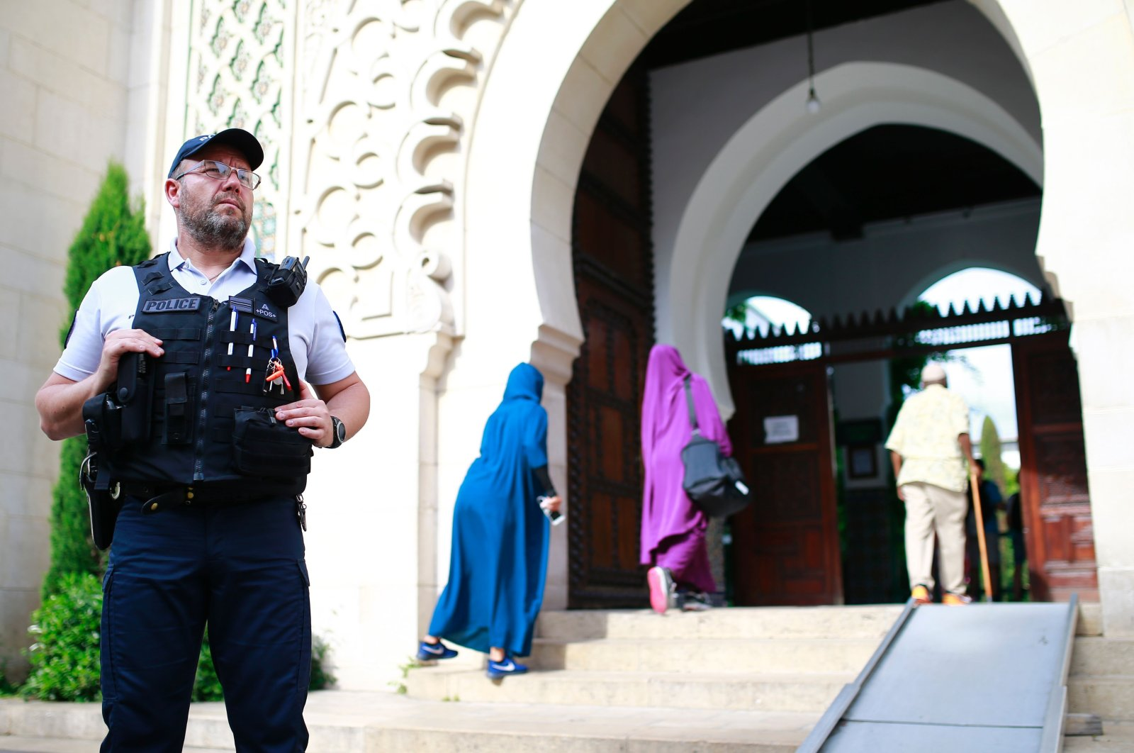 A police officer stands guard as people enter the Grand Mosque of Paris, in Paris, France, May 27, 2017. (AFP Photo)