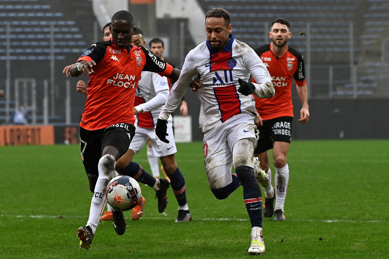 Lorient defans oyuncusu Hobolange Mendes (solda) Paris Saint-Germain forvet Neymar (sağda) Yves Alienmatt Stadyumu, Lorient, batı Fransa'da oynanan Ligue 1 maçında top için mücadele ediyor, 31 Ocak 2021 (AFP Fotoğrafı)