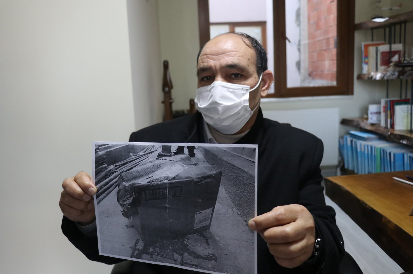 Ahmet Kıral shows reporters the box his spleen was delivered in, in Yalova, northwestern Turkey, Feb. 1, 2021. (AA Photo)