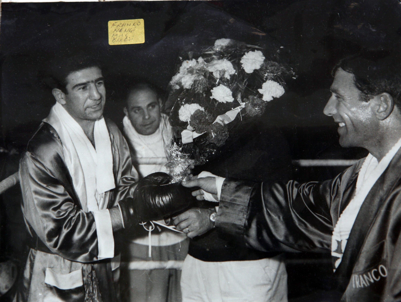 Garbis Zakarian, 1966'da İstanbul'daki son profesyonel boks maçında İtalyan boksör Franco Ninci'den çiçek alıyor.  (Arşiv resmi)