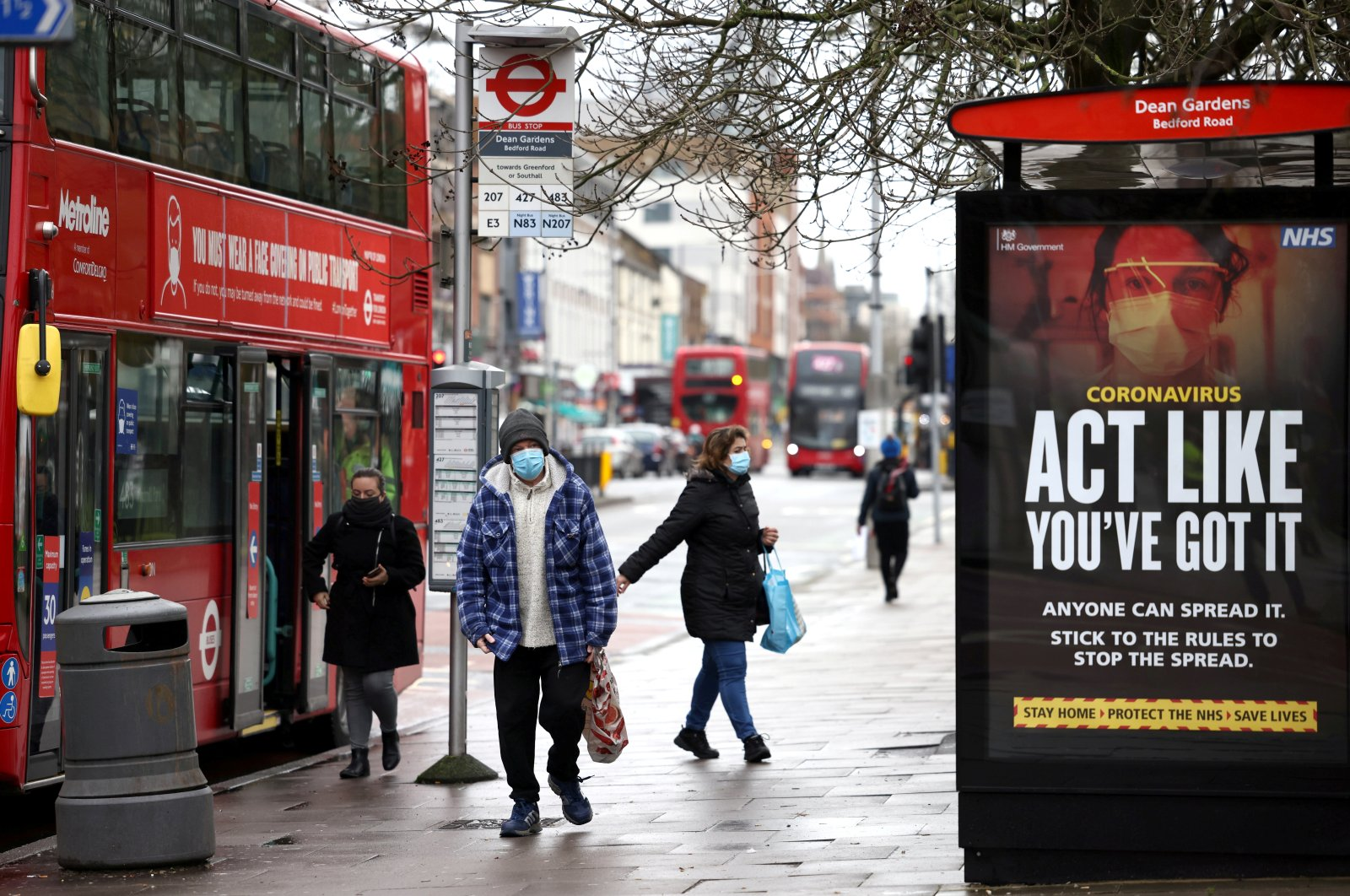 People get off the bus on Ealing high street where the new SARS-CoV-2 coronavirus variant originating from South Africa has been located, in west London, Britain Feb. 2, 2021. (Reuters Photo)