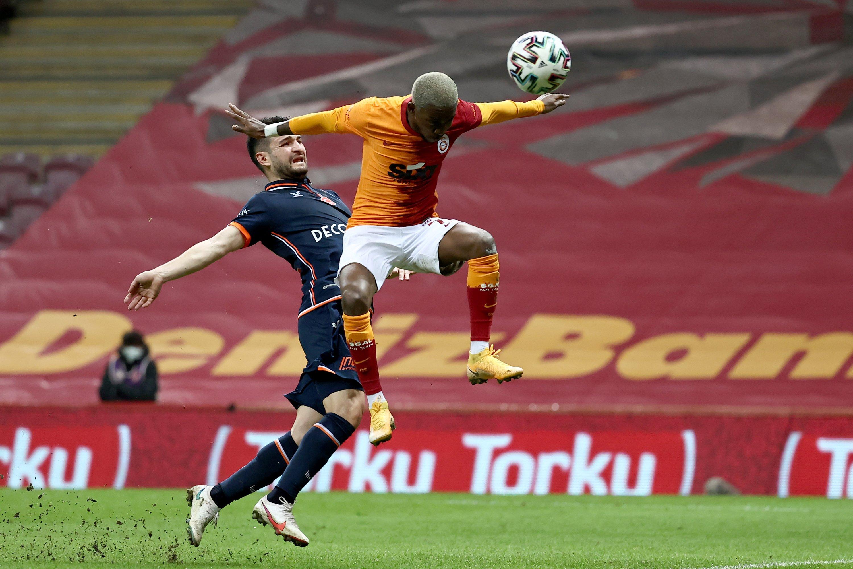 Galatasaraylı golcü Henry Onyikuru (sağda) takımının ilk golünü Başakşehir, Türk Telekom Stadyumu, İstanbul, Türkiye, 2 Şubat 2021'de yönetiyor.