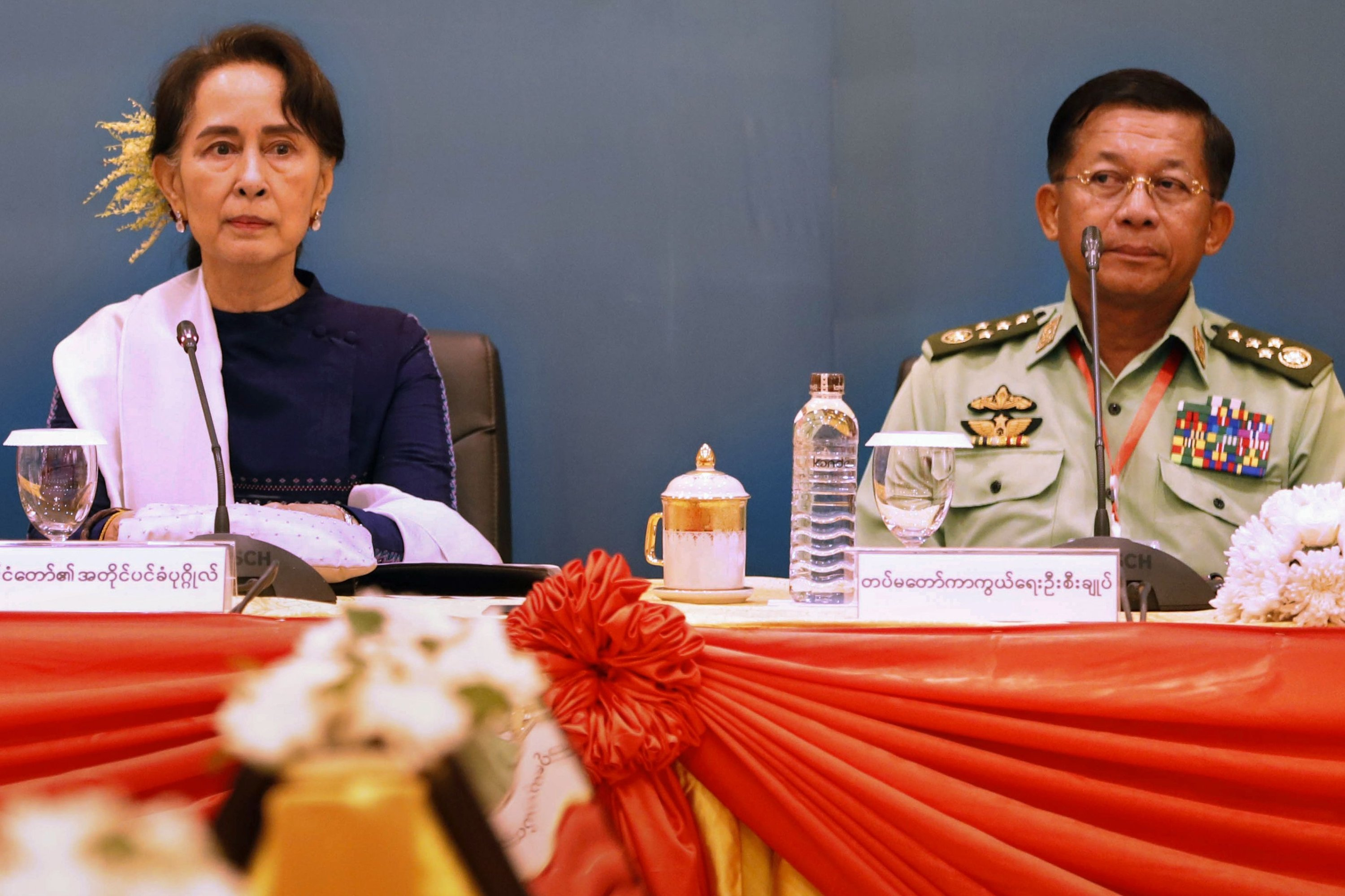 Myanmar's then-State Counsellor Aung San Suu Kyi (L) and military chief Senior General Min Aung Hlaing attend a meeting in Naypyidaw, Myanmar, Oct. 15, 2018. (AFP Photo)