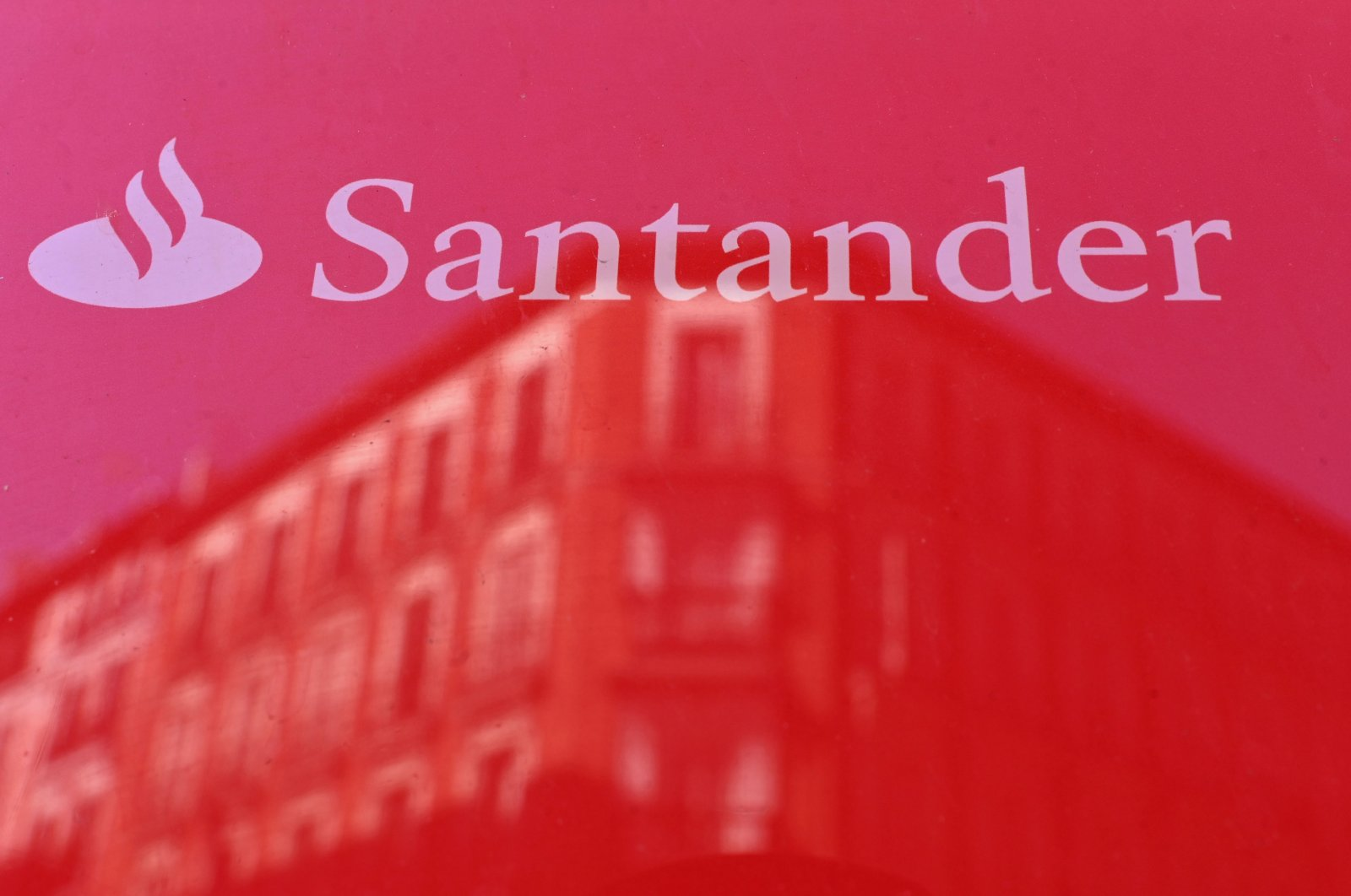The logo of Santander bank is pictured in Madrid, May 14, 2019. (AFP Photo)