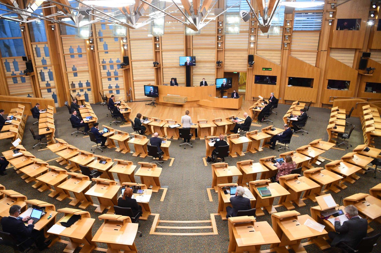 Schottlands erster Minister Nicola Sturgeon (C) informiert am 2. Februar 2021 im schottischen Parlament in Holyrood, Edinburgh, über die COVID-19-Pandemie. (AFP-Foto)