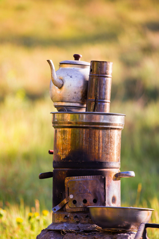 Muhtemelen gezerken semaverde dışarıda çay demleyen birçok Türk göreceksiniz.  (Shutterstock görselleri)