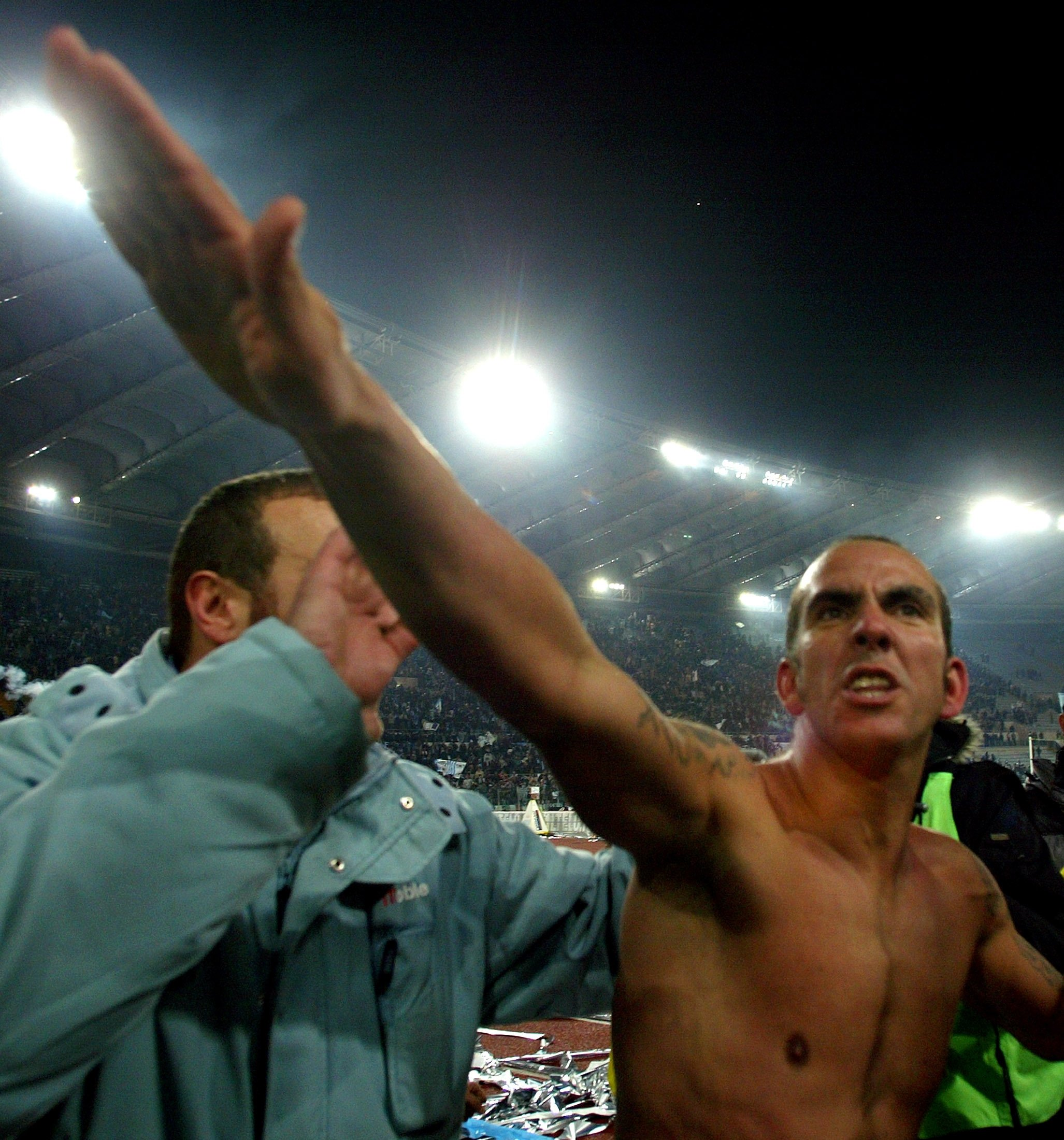 Lazio's Paolo Di Canio celebrates after winning against A.S. Roma in a Serie A clash at Olympic Stadium in Rome, Italy, Oct. 23, 2005. (Reuters Photo)