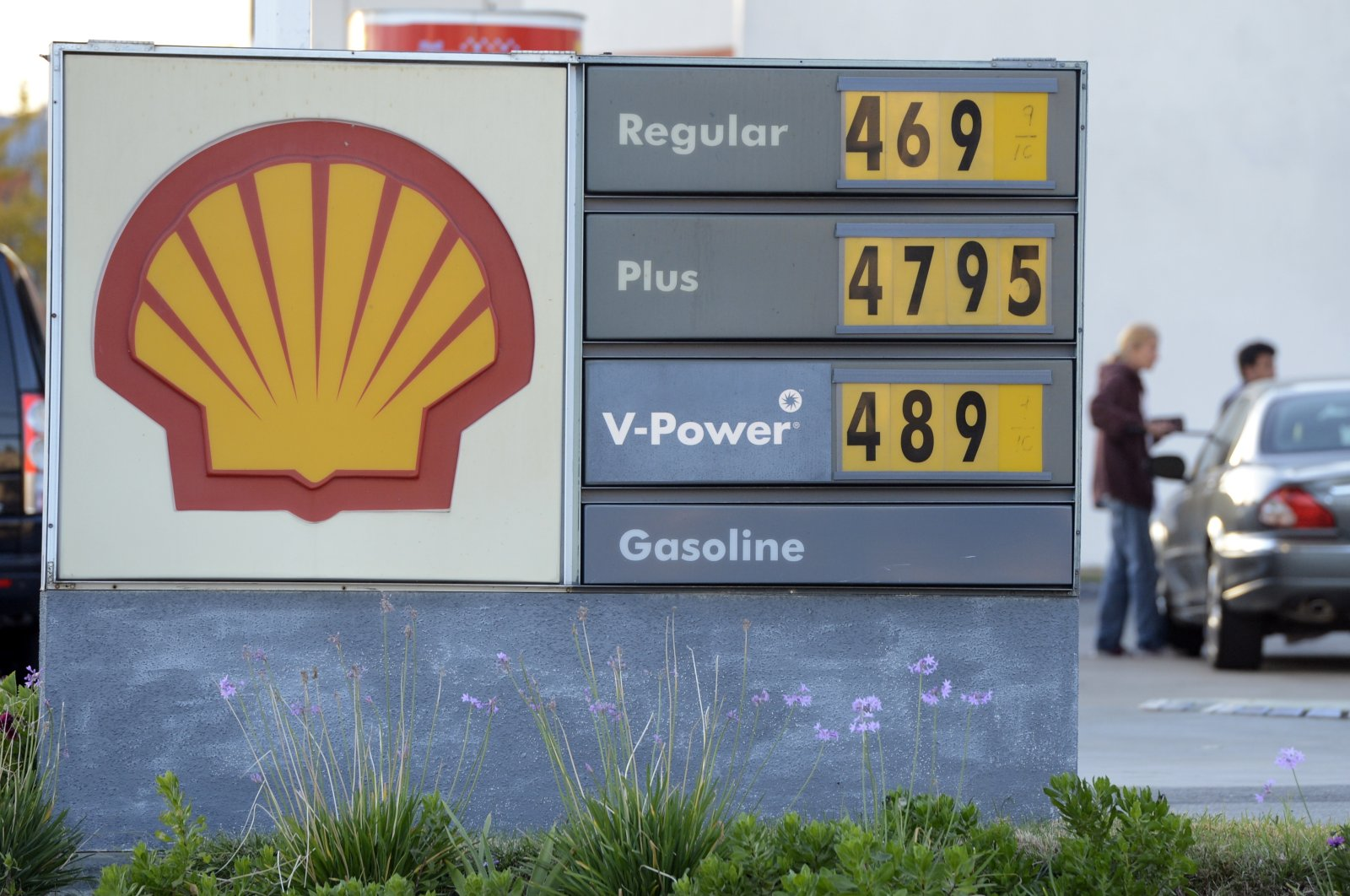 A woman pumps fuel at a Shell station in the Pacific Palisades neighborhood, Los Angeles, California, U.S., Feb. 3, 2021. (EPA Photo)