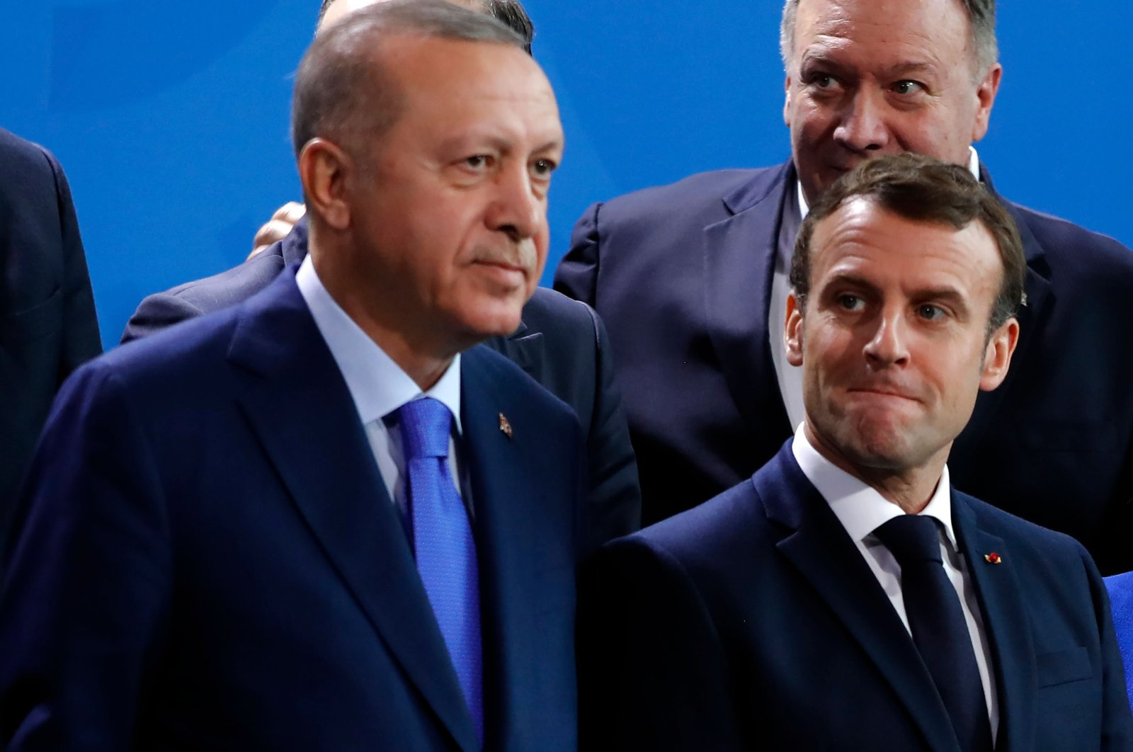 President Recep Tayyip Erdogan (L) and  French President Emmanuel Macron standing side-by-side as they wait for the family picture during a Peace summit on Libya at the Chancellery in Berlin, Jan.19, 2020. (AFP)