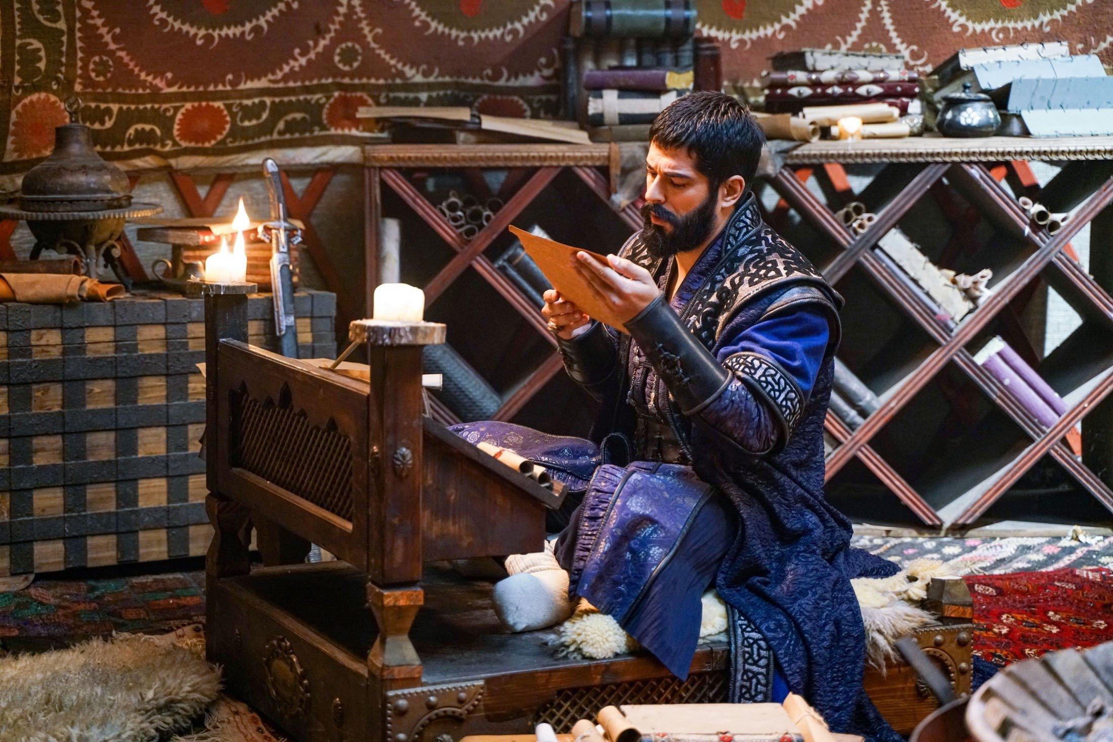 El actor principal Purak Özçivit, todavía fotografiado por Osman Kasi