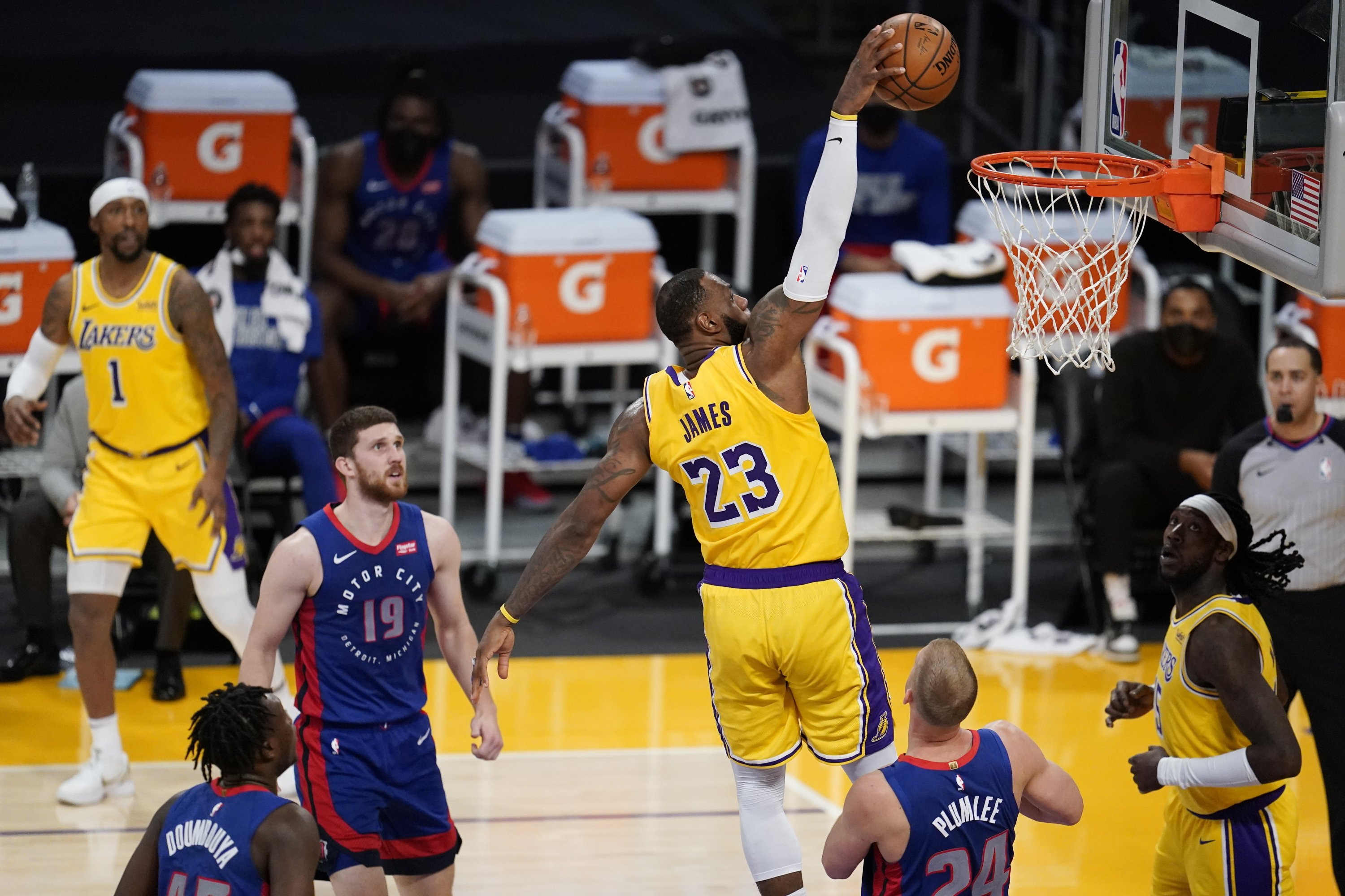 Los Angeles Lakers forward LeBron James (C) dunks against the Detroit Pistons during an NBA basketball game, Los Angeles, U.S., Feb. 6, 2021. (AP Photo)