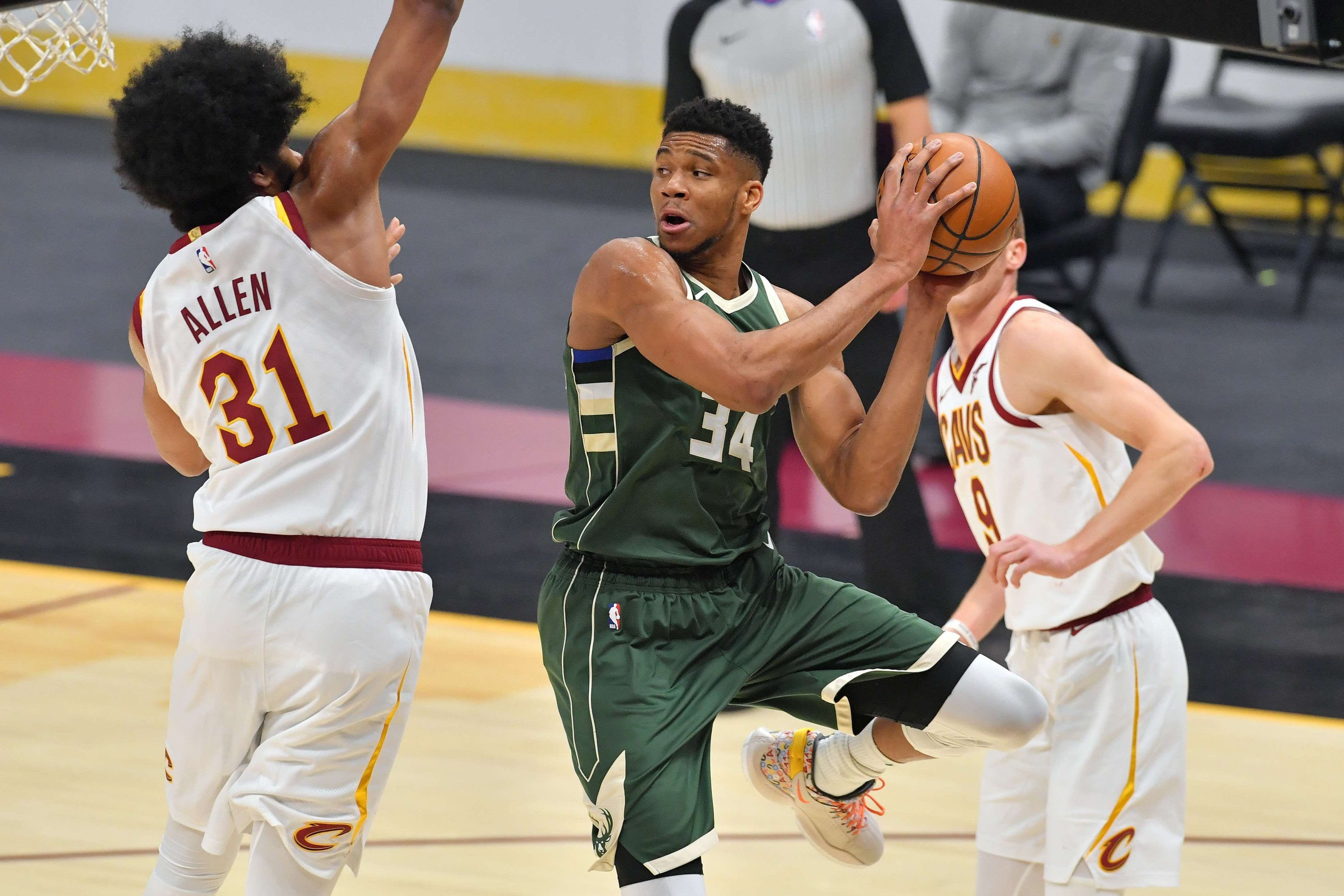 Giannis Antetokounmpo (C) of the Milwaukee Bucks looks for a pass against Cleveland Cavaliers Jarrett Allen (L) during an NBA match at Rocket Mortgage Fieldhouse, Cleveland, Ohio, U.S, Feb. 6, 2021. (AFP Photo)