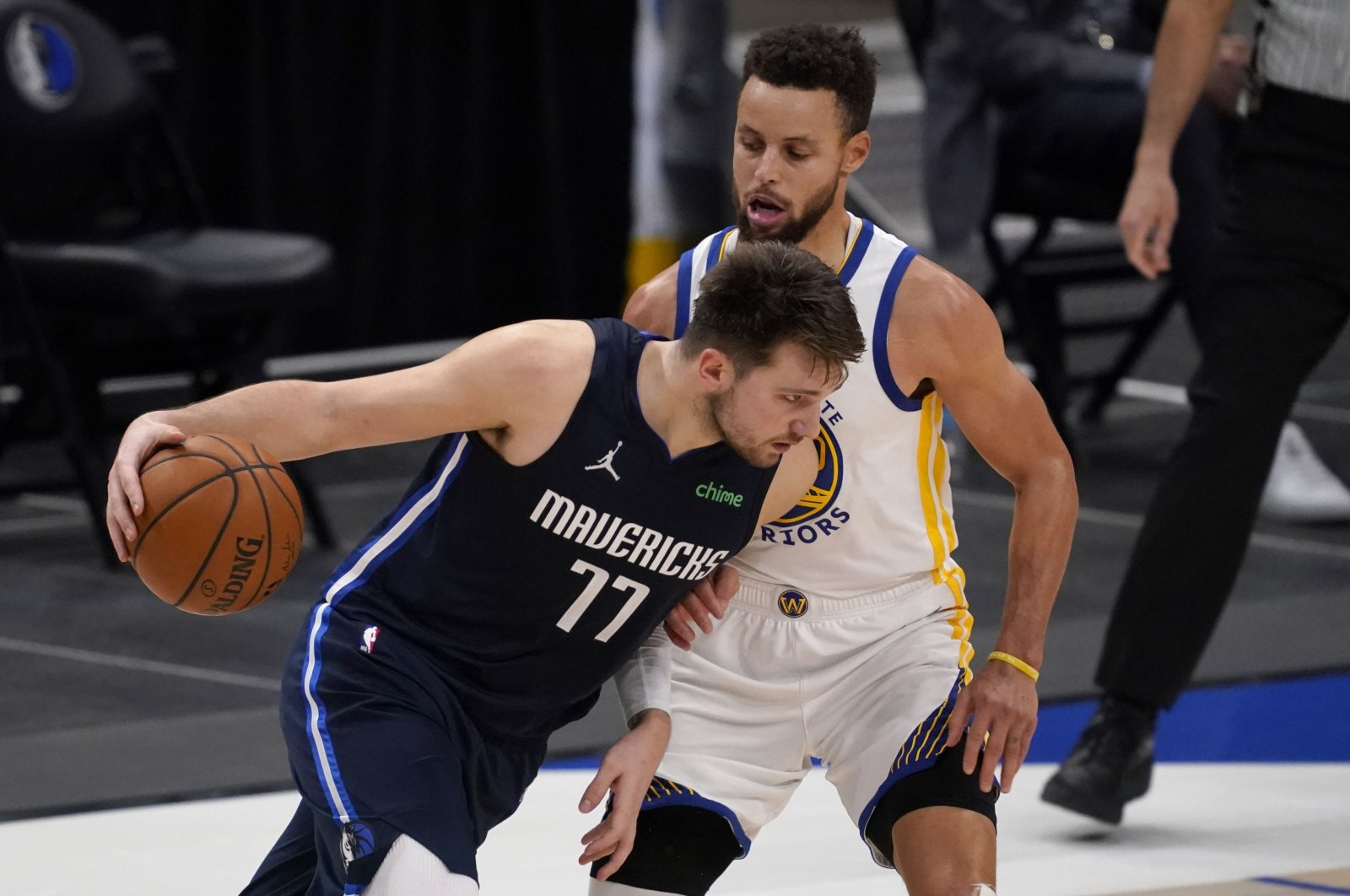 Dallas Mavericks' Luka Doncic (L) up against Golden State Warriors' Stephen Curry (R) in the second half of an NBA basketball game in Dallas, Texas, Feb. 6, 2021. (AP Photo)
