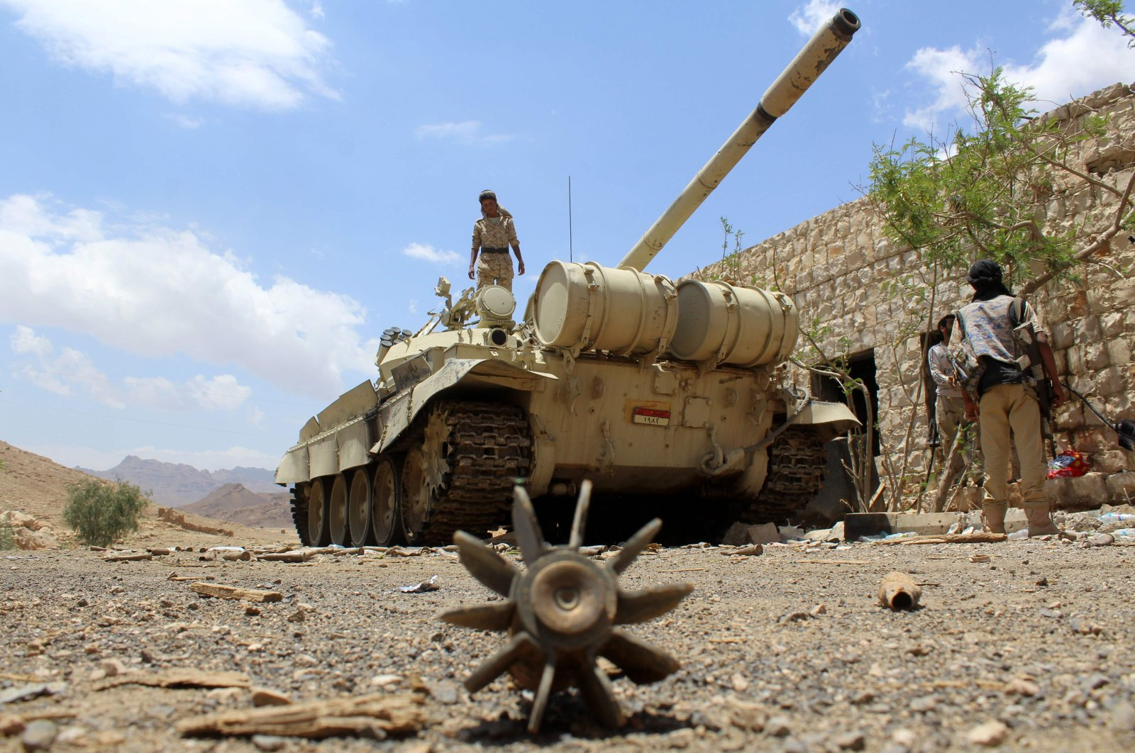 Yemeni pro-government forces, loyal to fugitive President Abedrabbo Mansour Hadi, gather at the military base of Nehm, in Sanaa province, east of the Yemeni capital, the frontline with the Marib region, Yemen, April 7, 2016. (AFP Photo)