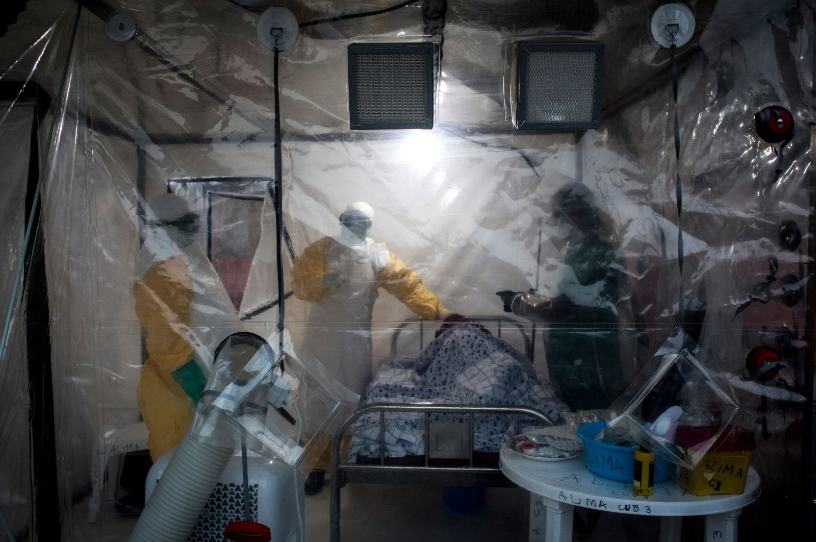 Three medical workers check on an Ebola patient in a biosecure emergency care unit (CUBE) in Beni, Democratic Republic of Congo, Aug. 15, 2018. (AFP Photo)
