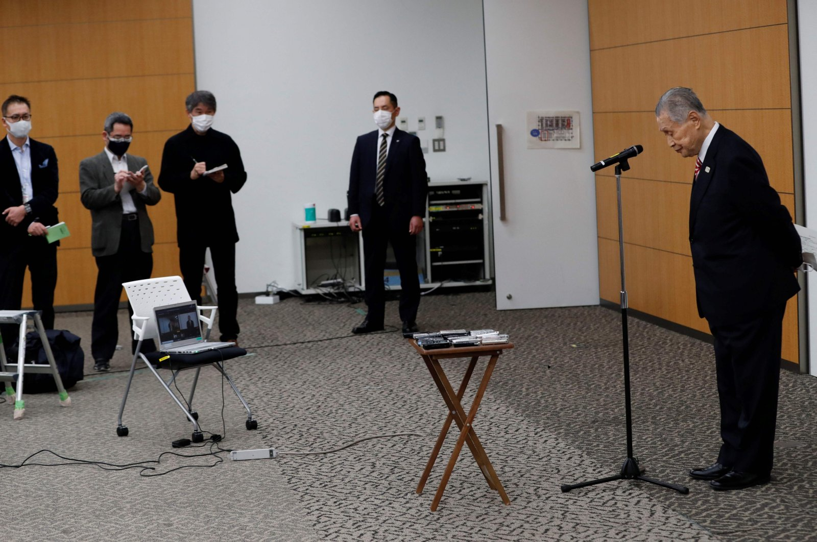Tokyo 2020 president Yoshiro Mori (R) bows his head after a news conference in Tokyo, Feb. 4, 2021. (AFP Photo)