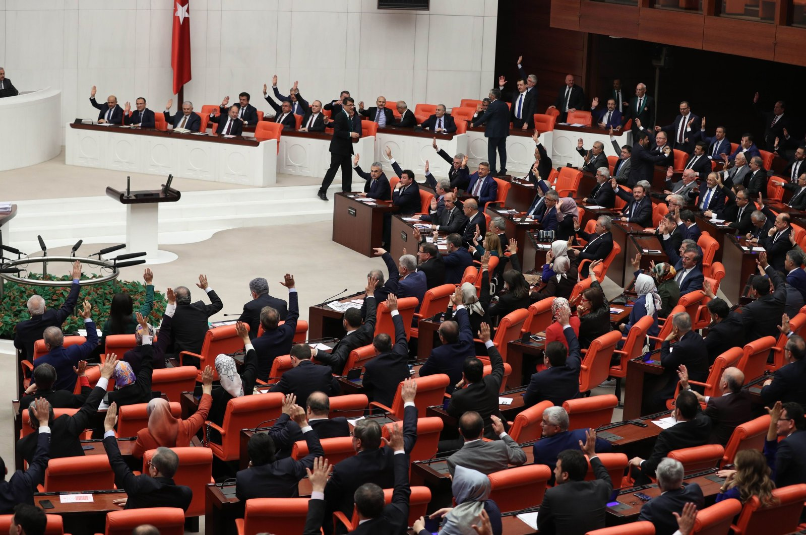 Turkish deputies take part in a vote for the proposed early presidential and parliamentary elections during the general assembly of the Grand National Assembly of Turkey in Ankara, Turkey, April 20, 2018. (AFP Photo)