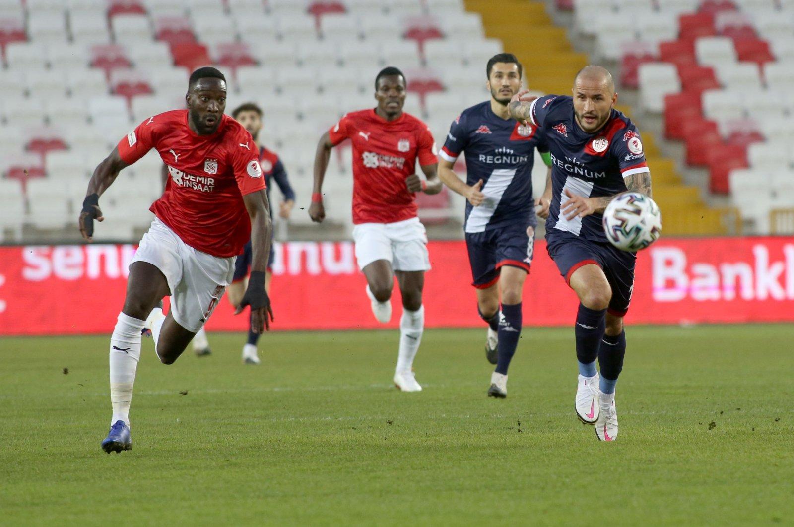 Fraport TAV Antalyaspor and Demir Grup Sivasspor players struggle for possession of the ball during a Ziraat Turkish Cup quarterfinals match at Atatürk Stadium, Sivas province, central Turkey, Feb. 11, 2021 (AA Photo)