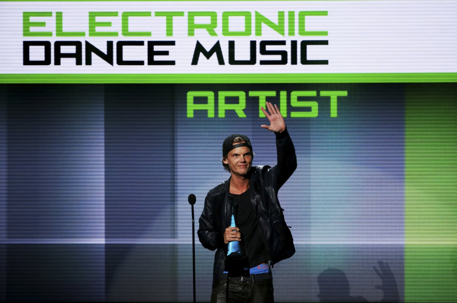 Swedish music artist Avicii accepts the favorite electronic dance music artist award at the 41st American Music Awards in Los Angeles, California, U.S., Nov. 24, 2013.  (REUTERS Photo)