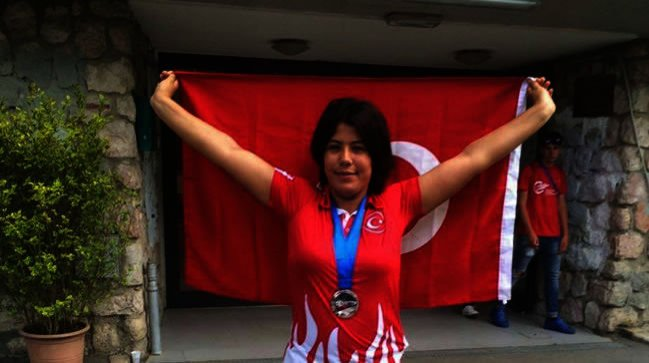 Turkish athlete Büşra Nur Tırıklı poses with Turkish flag after winning gold in F11/38/44 discus throw final. (Photo courtesy of Turkish National Paralympic Committee's Twitter account @TurkParalimpik)
