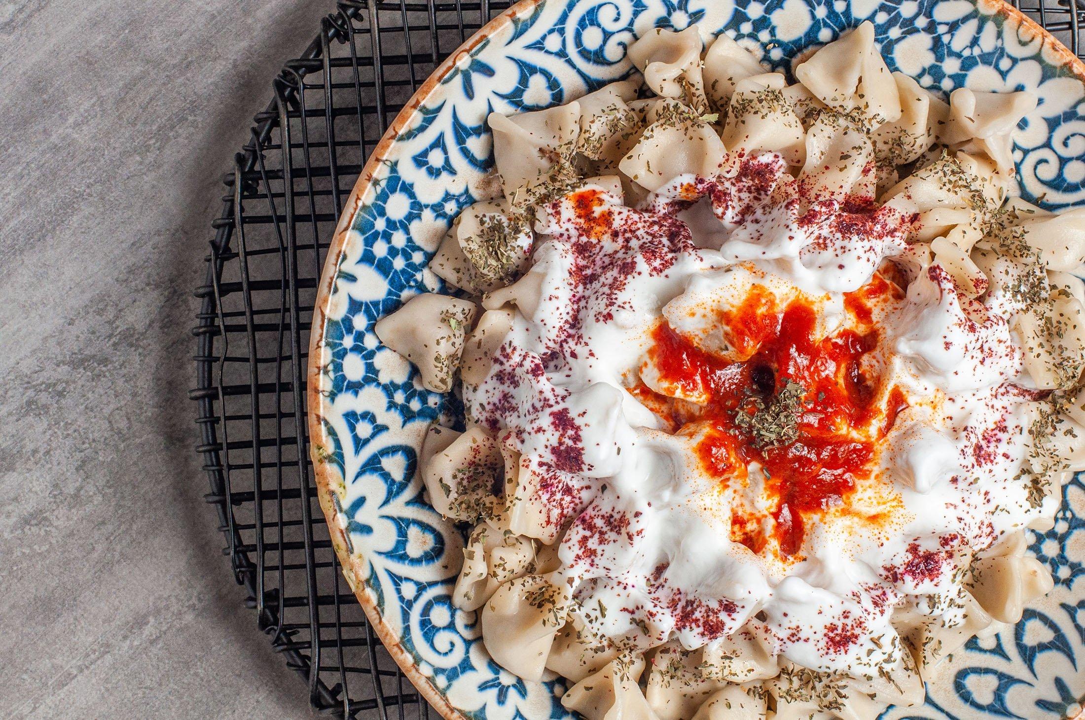 Turkish mantı is almost always served with garlic yogurt and melted butter. (Shutterstock Photo)