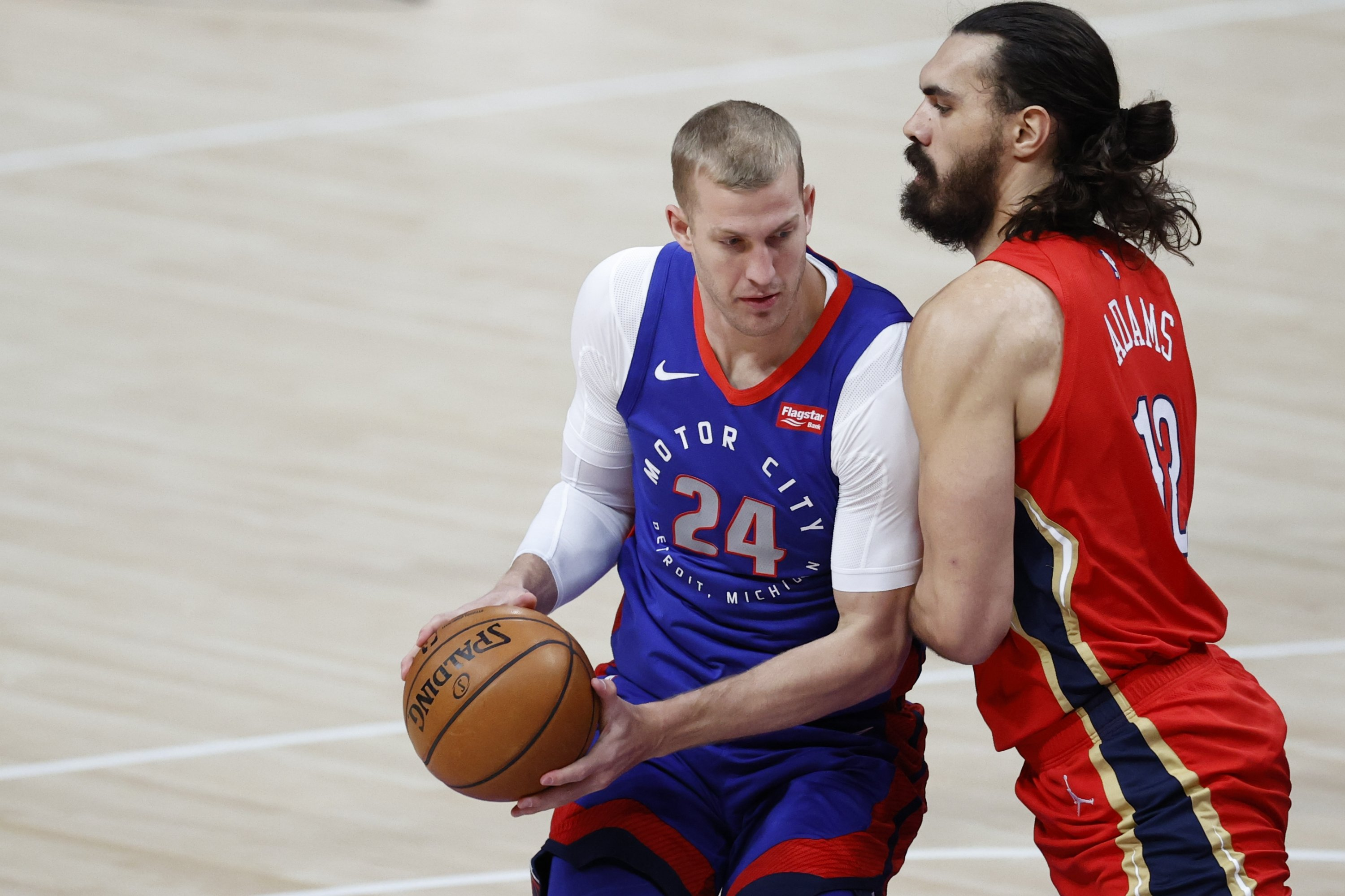 Detroit Pistons center Mason Plumlee (L) is defended by New Orleans Pelicans center Steven Adams (R) in the first half at Little Caesars Arena, Detroit, Michigan, Feb 14, 2021. (Reuters Photo)