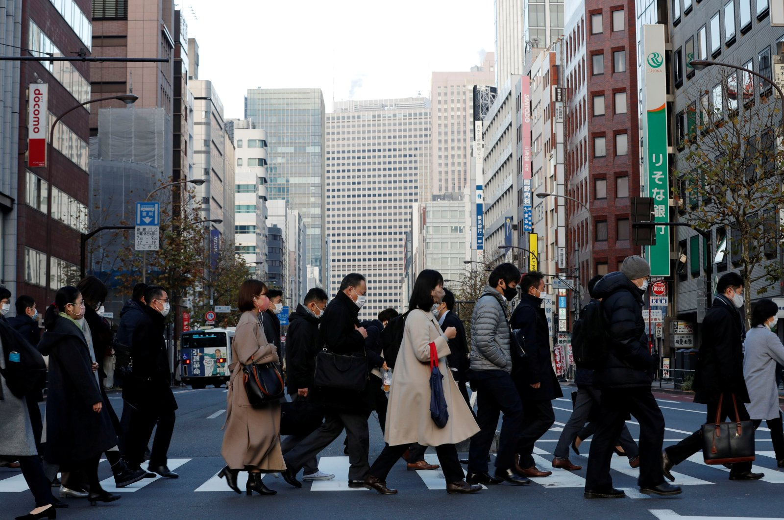 Pedestrians wearing protective masks following the COVID-19 outbreak make their way during rush hour at a business district in Tokyo, Japan, Jan. 7, 2021. (Reuters Photo)