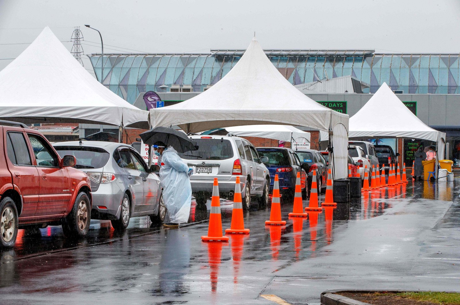 Motorists queue at the Otara testing station after a positive COVID-19 case was reported in the community as the city enters a level 3 lockdown in Auckland, Feb. 15, 2021. (AFP Photo)