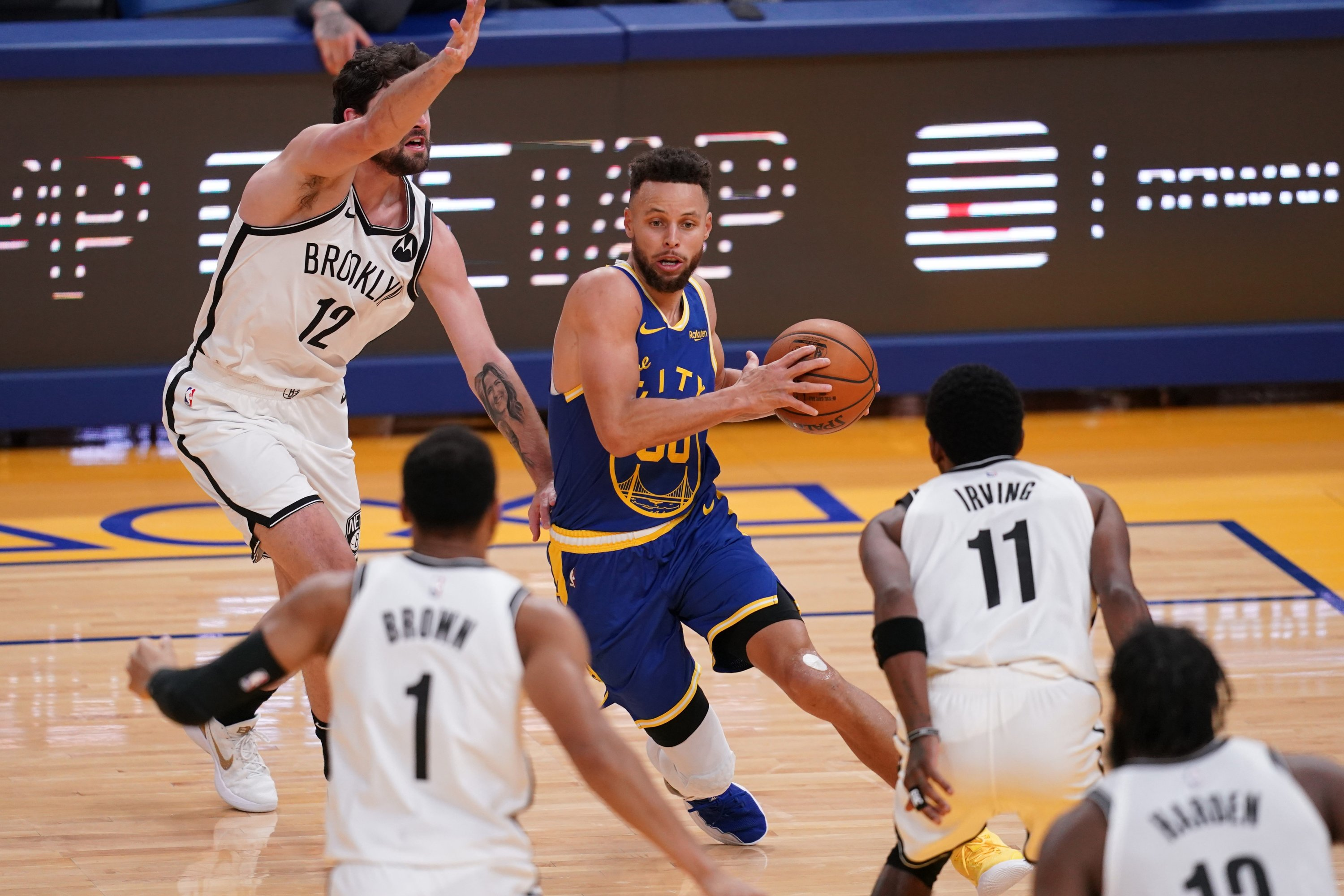 Golden State Warriors guard Stephen Curry (C) passes the ball against the Brooklyn Nets at the Chase Center, San Francisco, California, Feb. 13, 2021. (Reuters Photo)