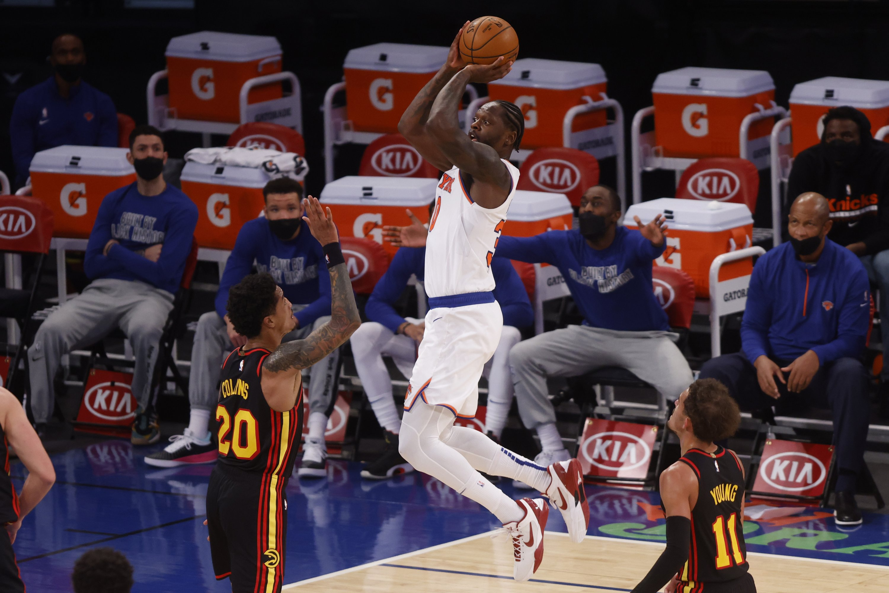 New York Knicks' Julius Randle (C) shoots in front of Atlanta Hawks' John Collins (L) and Trae Young (R) during an NBA basketball game, New York, U.S., Feb. 15, 2021. (AP Photo)