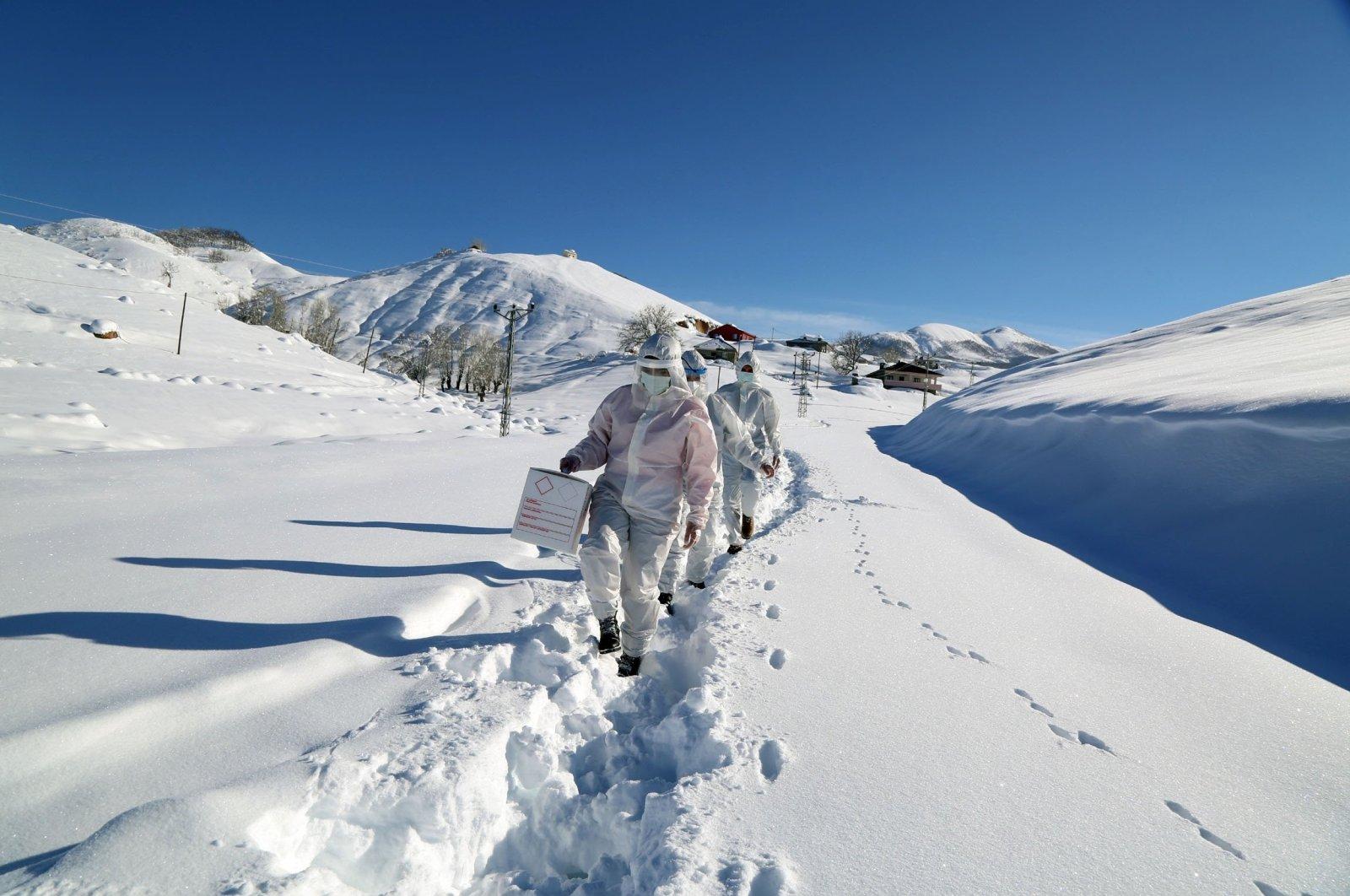 Contact-tracing crews make their way through the snow in Tunceli, eastern Turkey, Jan. 21, 2021. (DHA PHOTO)