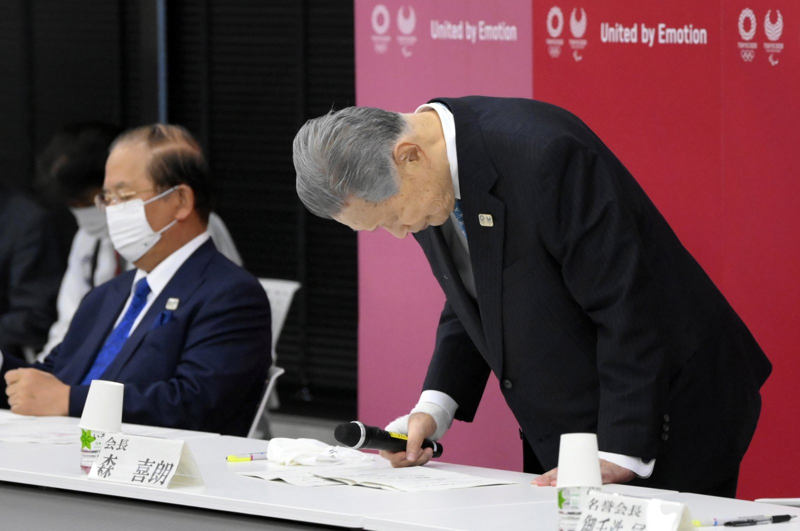 Tokyo 2020 Olympics Organizing Committee President Yoshiro Mori (R) bows as he announces his resignation over his sexist remarks during a news conference in Tokyo, Japan, Feb. 12,  2021. (EPA Photo)