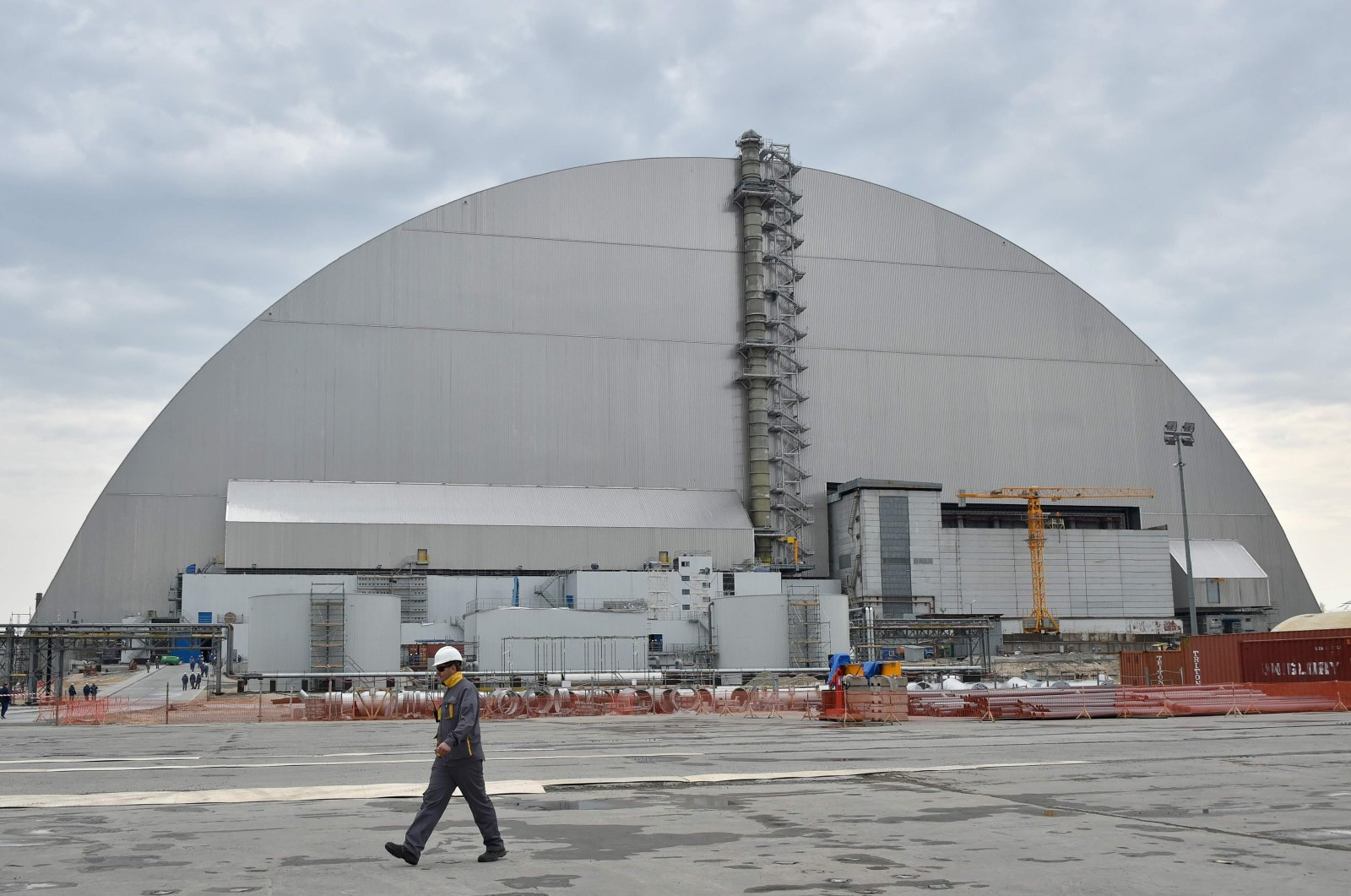 Workers walk next to the new safe confinement over the fourth block of the Chernobyl nuclear power plant, Chernobyl, Ukraine, April 26, 2017. (AFP Photo)