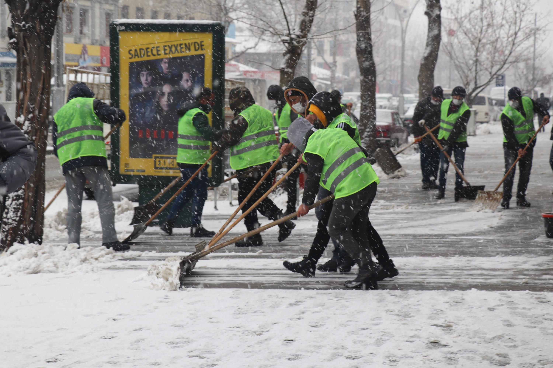 Erzincan Municipality workers show how snow shoveling should be done, Erzincan, eastern Turkey, Jan. 29, 2021. (AA Photo)