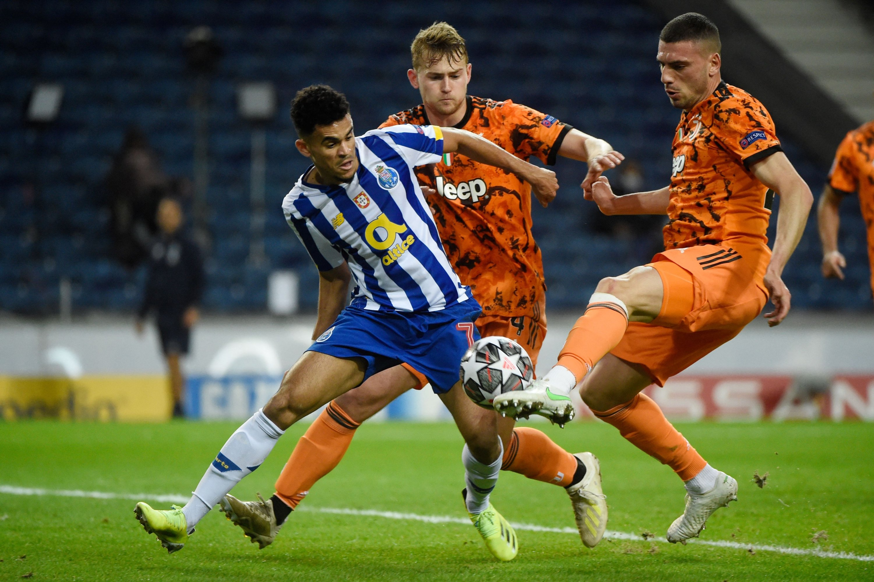 FC Porto's Colombian midfielder Luis Diaz (L) vies with Juventus' Dutch defender Matthijs De Ligt (C) and Turkish defender Merih Demiral during the first leg of a UEFA Champions League round of 16 match at the Dragao stadium, Porto, Portugal, Feb. 17, 2021. (AFP Photo)