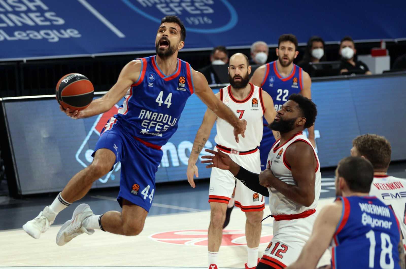 Anadolu Efes' Krunoslav Simon (L) jumps to score as Olympiacos' Hassan Martin (R) looks on in their EuroLeague Round 25 match at the Sinan Erdem Sports Center, Istanbul, Turkey, Feb. 18, 2021. (AA Photo)