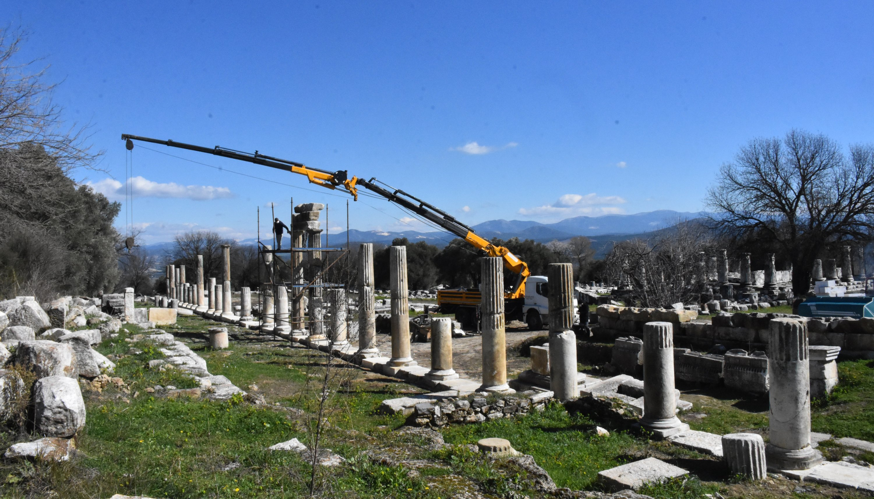 A photo shows works to re-erect the columns of the Sanctuary of Hecate in Lagina, Muğla, southwestern Turkey, Feb. 19, 2020. (AA PHOTO)