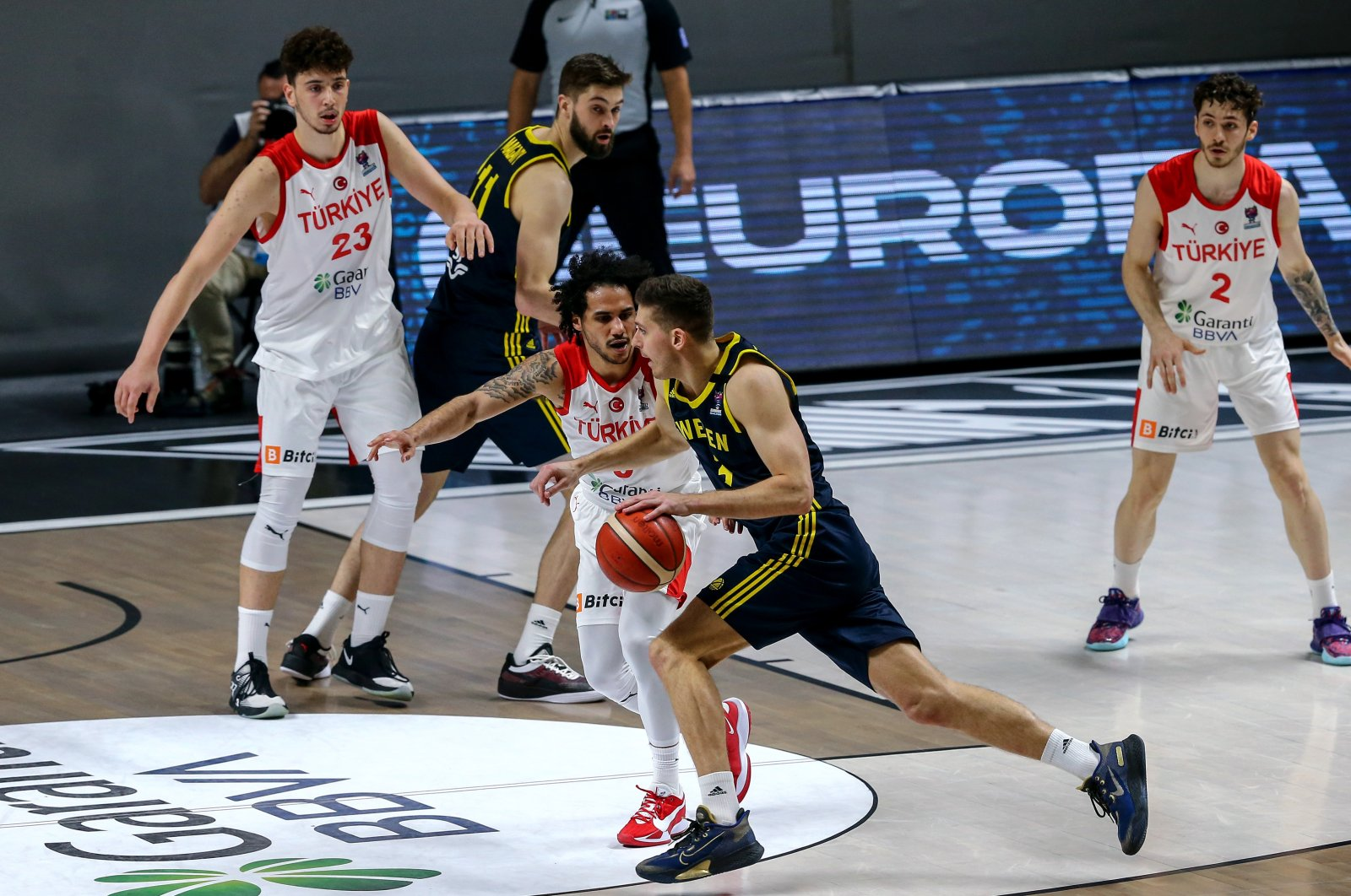 Turkey's Shane Larkin (C) tries to block Sweden's Adam Ramstedt (R) in the EuroBasket 2022 Group D qualifiers match, Istanbul, Turkey, Feb. 20, 2021. (AA Photo)