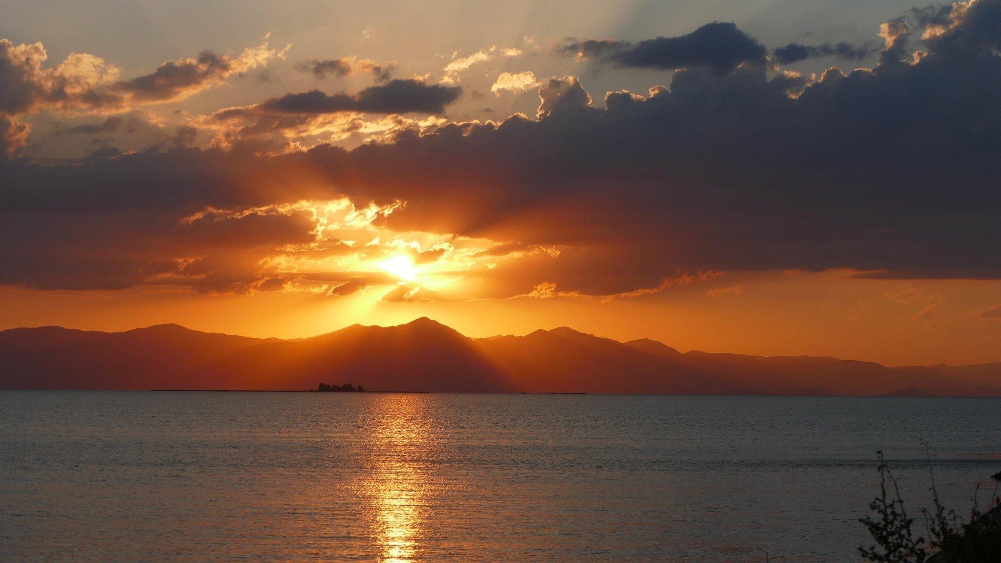 Türkiye'nin güneybatısındaki Isparta ve Konya'daki Beihir Gölü'nün günbatımında görünümü.  Mart.