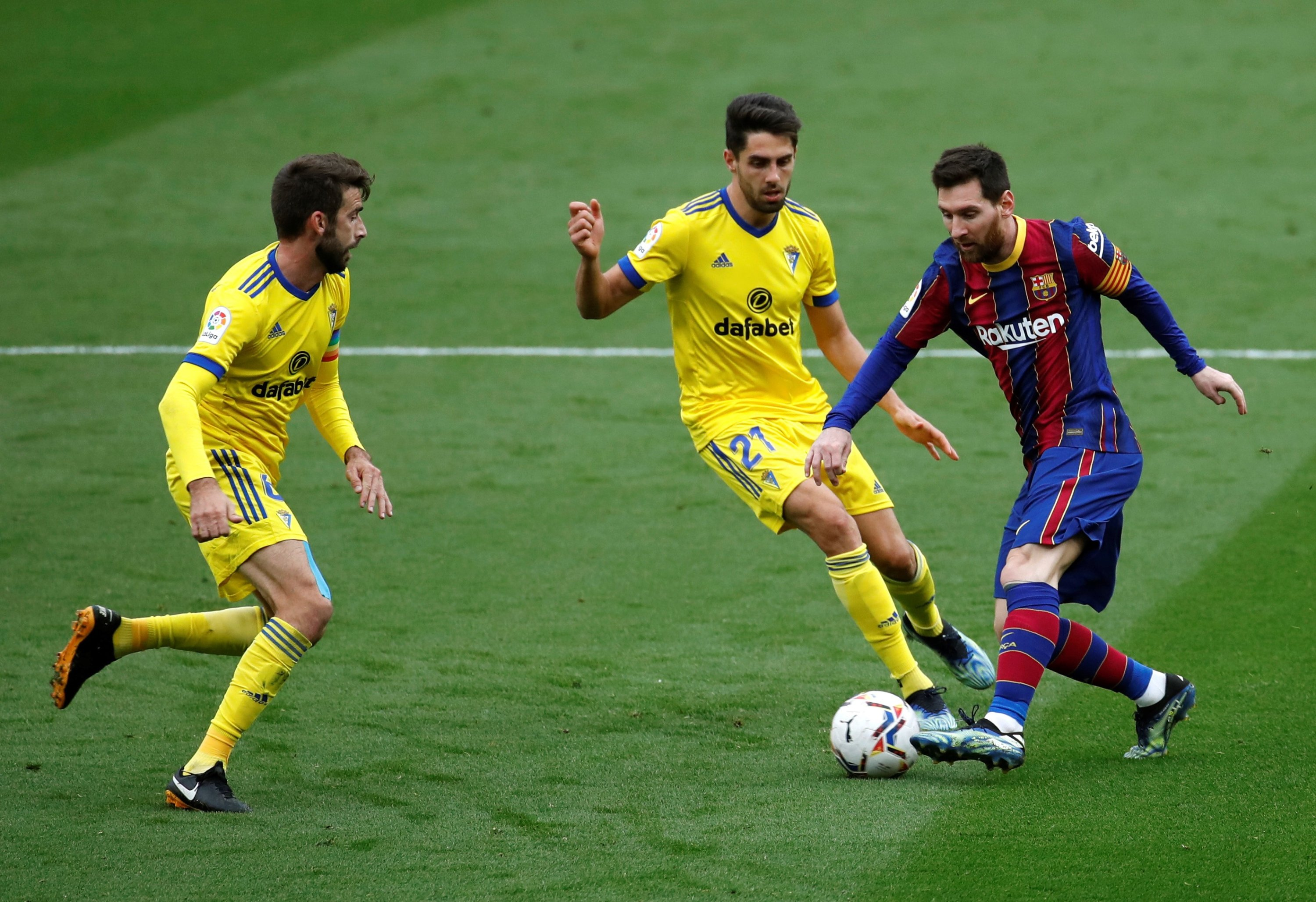 Barcelona's Lionel Messi (R) vies for the ball with Cadiz's Ruben Sobrino (C) during a La Liga match at the Camp Nou, Barcelona, Spain, Feb. 21, 2021. (EPA Photo)