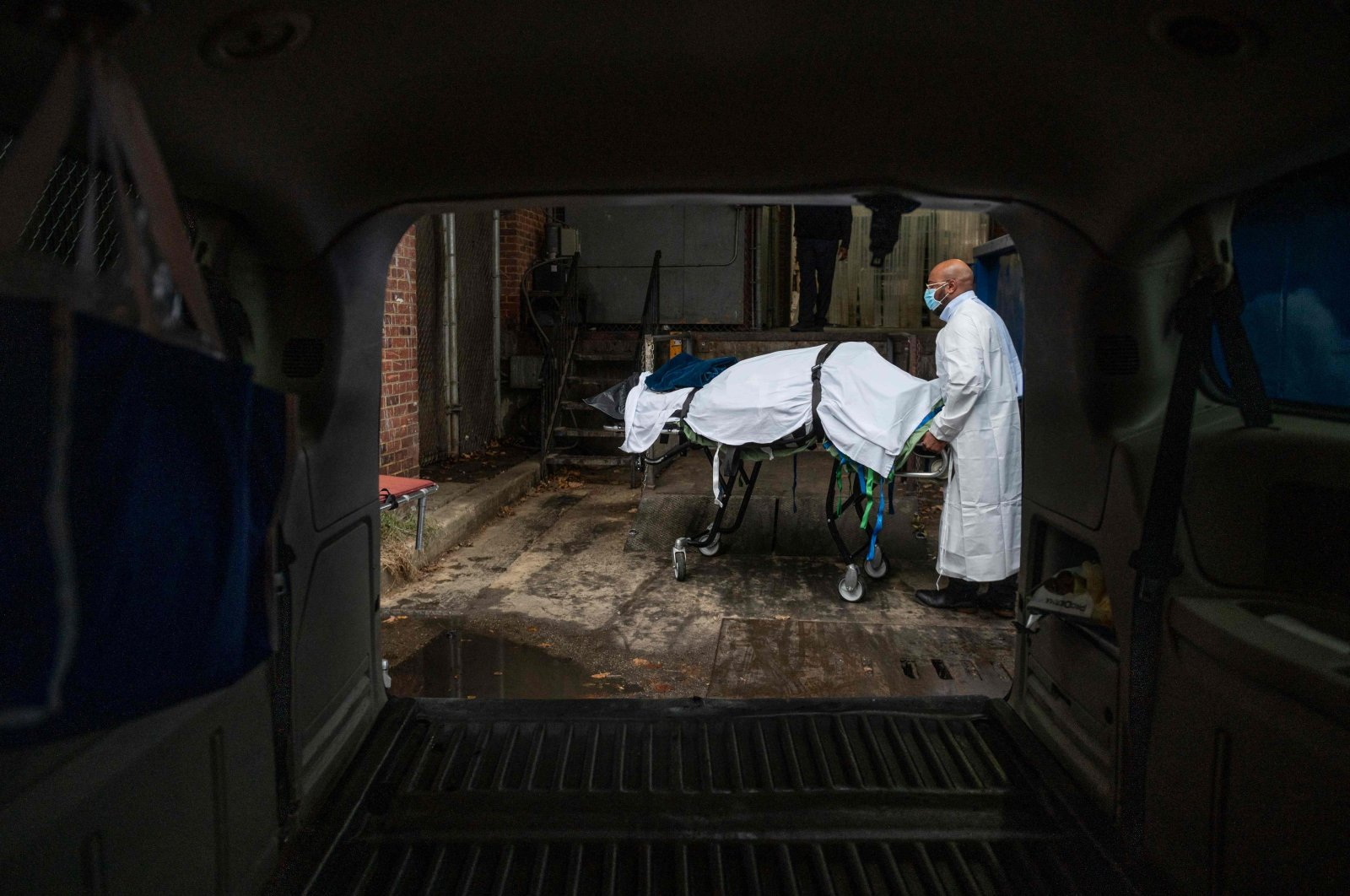 Maryland Cremation Services transporter Reggie Elliott brings the remains of a COVID-19 victim to his van from a hospital morgue in Baltimore, Maryland, the U.S., Dec. 24, 2020. (AFP Photo)