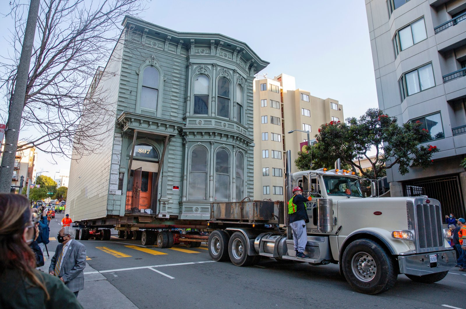 The 139-year-old Victorian house known as the Englander House is hoisted on a flatbed and pulled down Franklin Street toward its new location six blocks away, as the original site is to be used to build a 48-unit, eight-story apartment building, in San Francisco, California, U.S. Feb. 21, 2021.  (Reuters Photo)