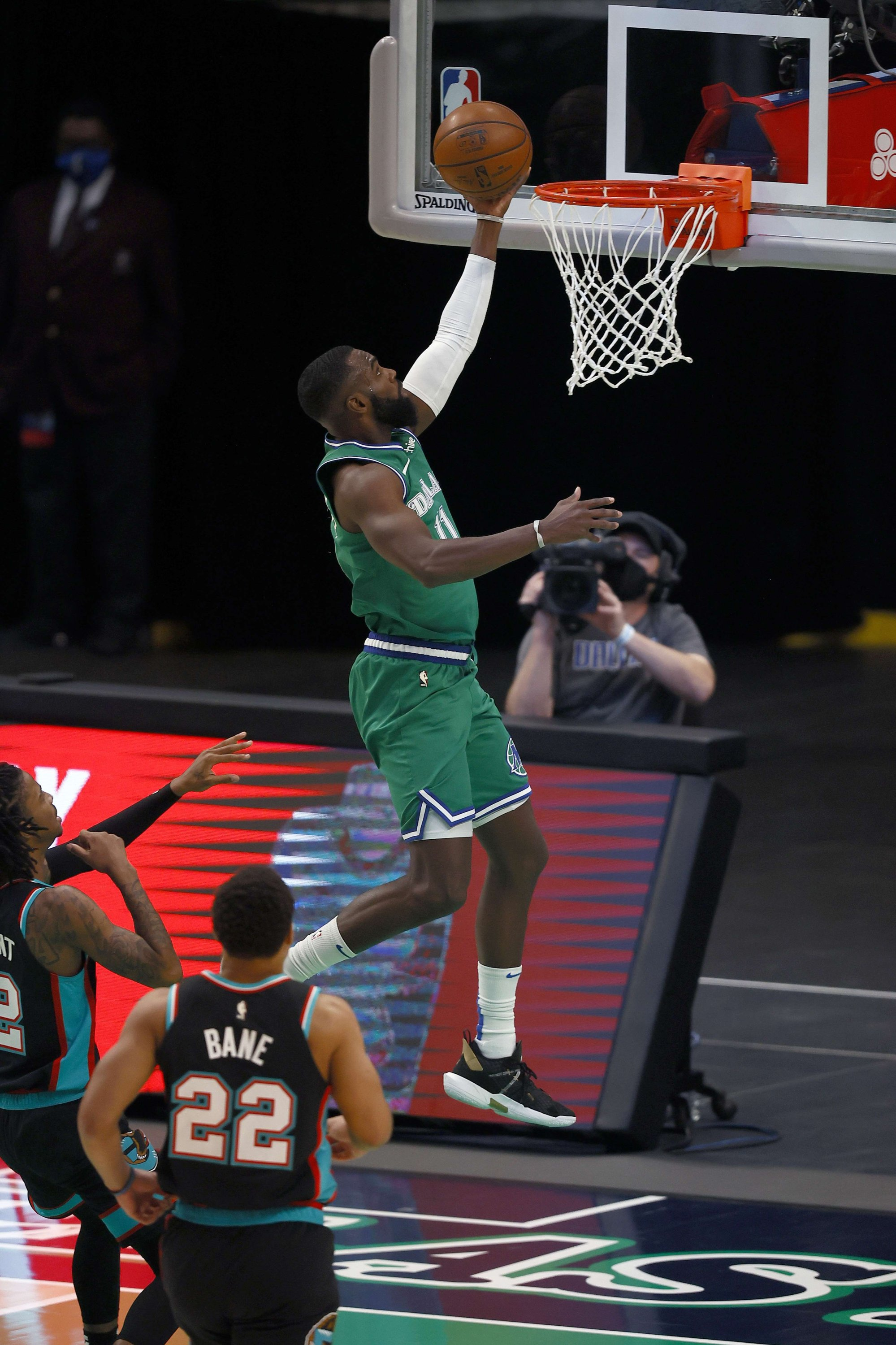Dallas Mavericks' Tim Hardaway Jr. drives to the basket against Memphis Grizzlies in an NBA match at American Airlines Center, Dallas, Texas,Feb. 22, 2021. (AFP Photo)