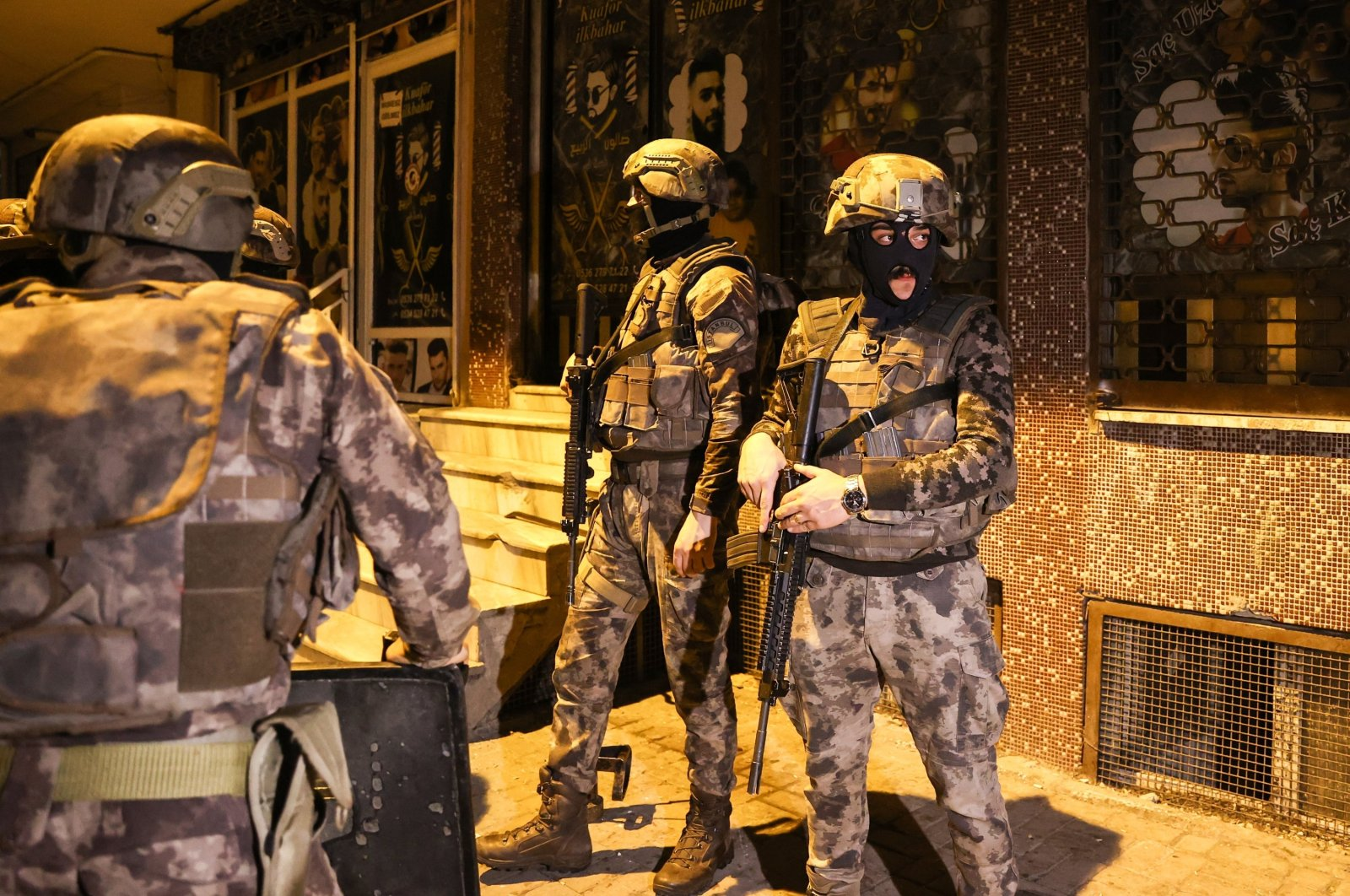 Turkish security forces conduct a raid to capture Daesh terrorists in Istanbul, Turkey, Dec. 30, 2020. (AA Photo)