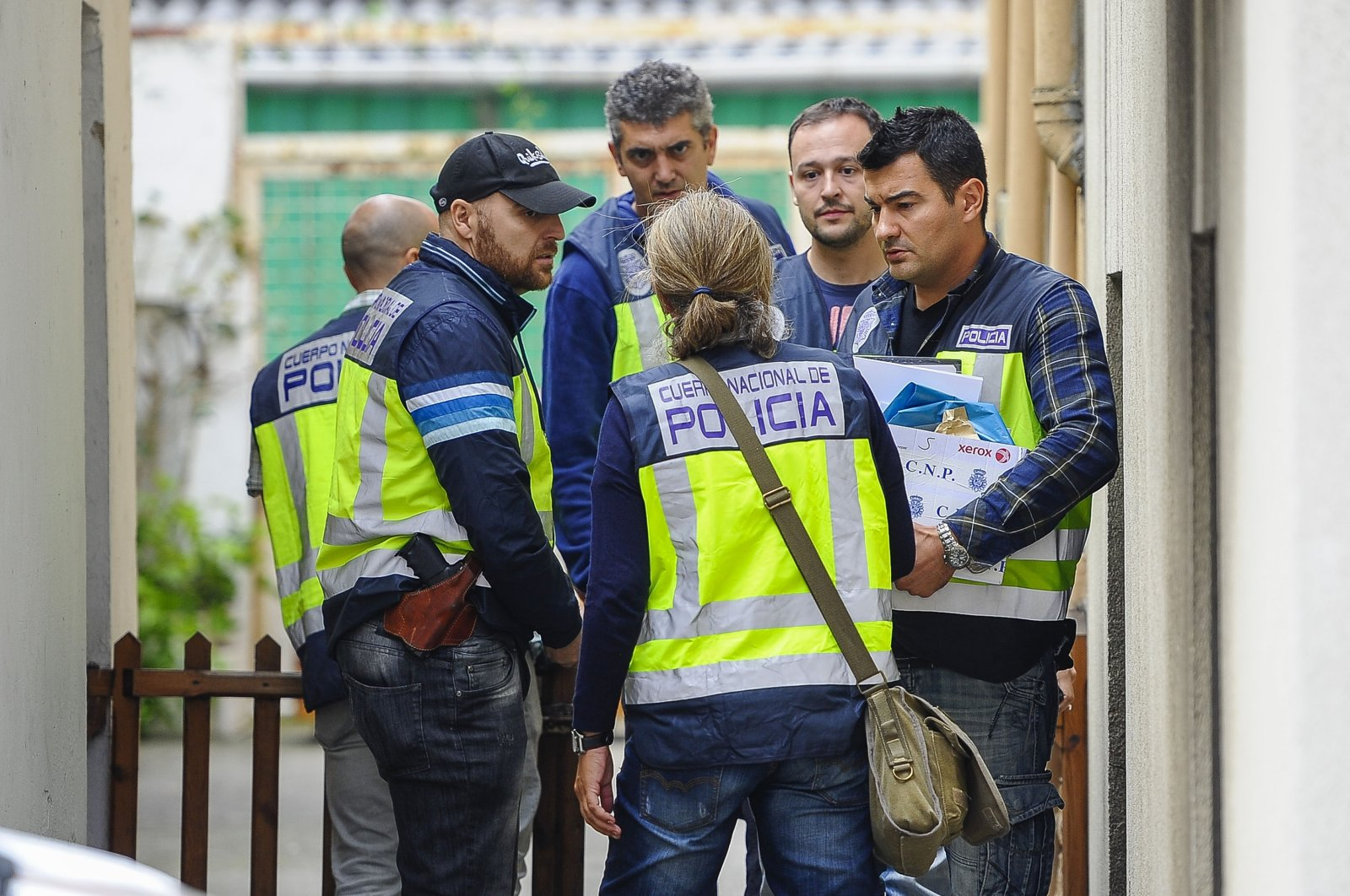 Police enter the house of an alleged pedophile believed to have kidnapped and abused five children in Madrid, in Santander, Spain, Sept. 24, 2014. (Getty Images)