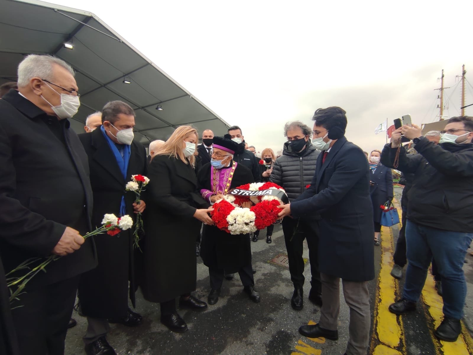 The chief rabbi of the Jewish community, Izak Haleva, and Deputy Governor of Istanbul Özlem Bozkurt Gevrek hold a wreath during the Struma commemoration in the Sarayburnu neighborhood of Istanbul, Turkey, Feb. 24, 2021. (DHA Photo)