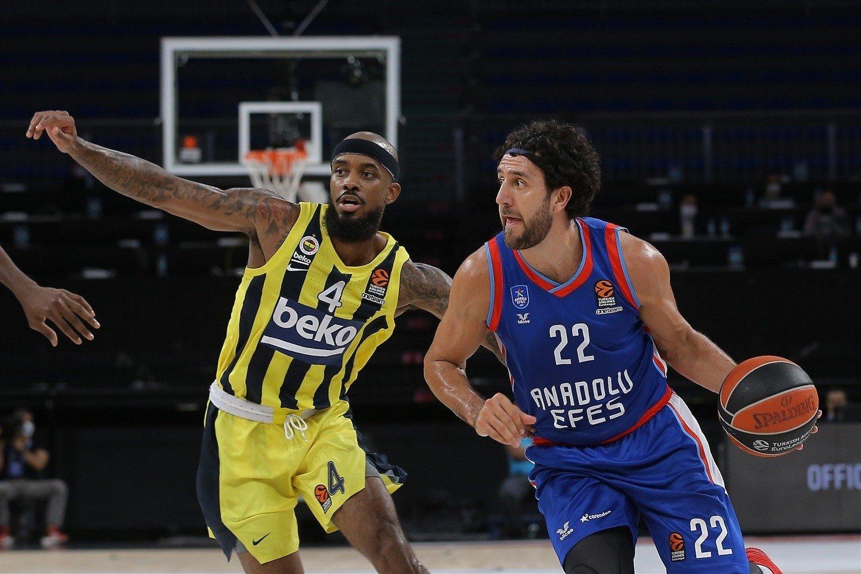 Anadolu Efes guard Vasilije Micić (R) tries to go past Fenerbahçe guard Lorenzo Brown (L) in the THY EuroLeague, Istanbul, Turkey, Oct. 8, 2020.