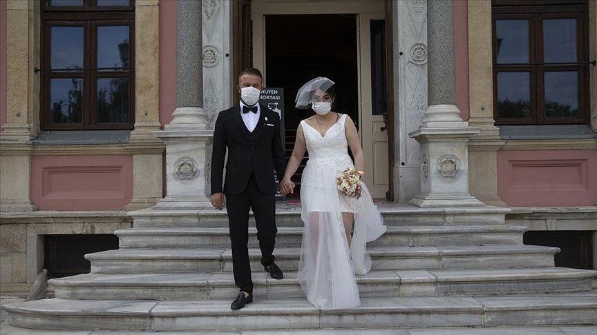 A newlywed couple leaves a wedding hall, in Edirne, northwestern Turkey, Jun. 4, 2020. (AA PHOTO)