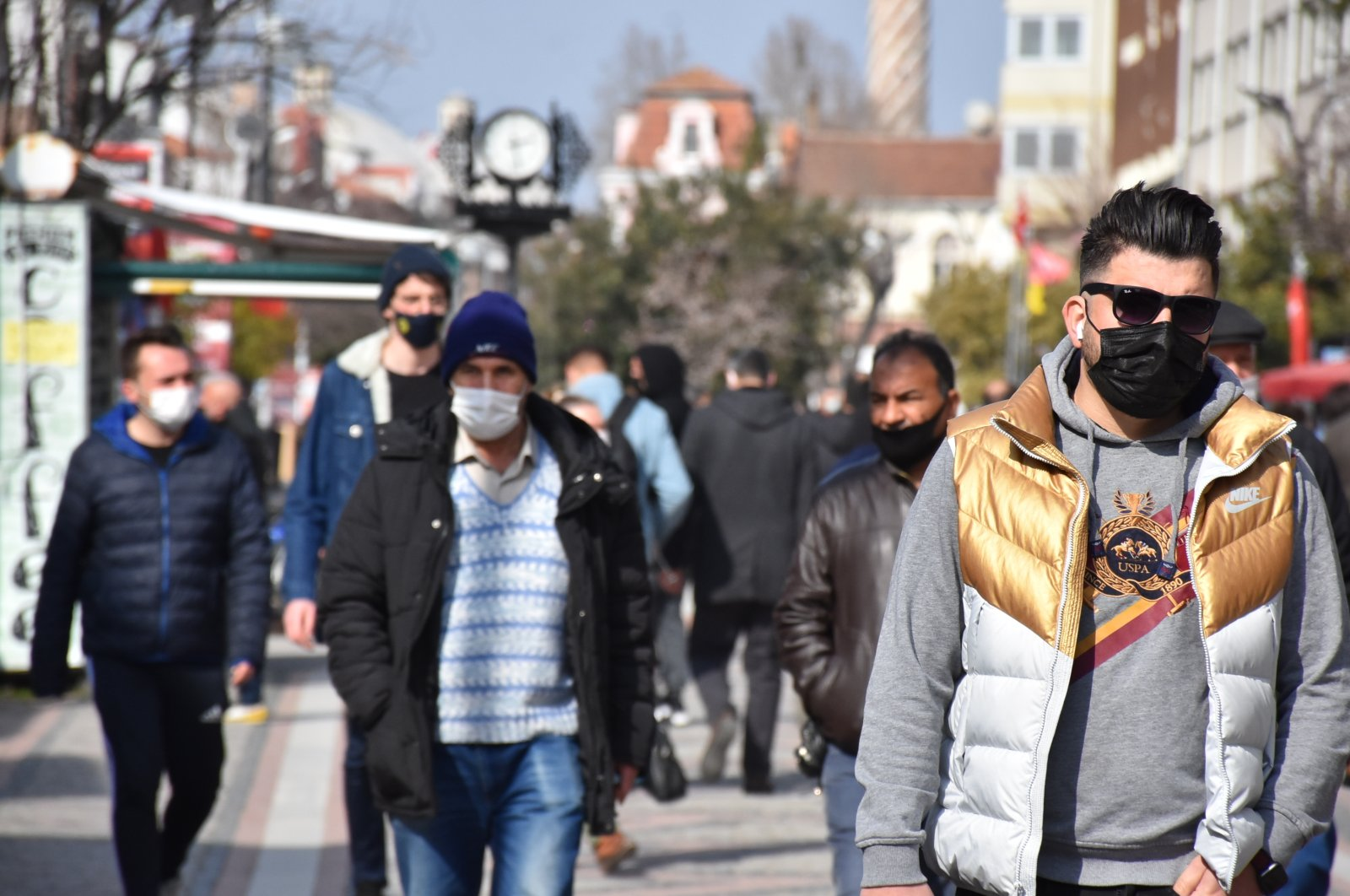People wearing protective masks walk on a street in Edirne, northwestern Turkey, Feb. 25, 2021. (DHA PHOTO)