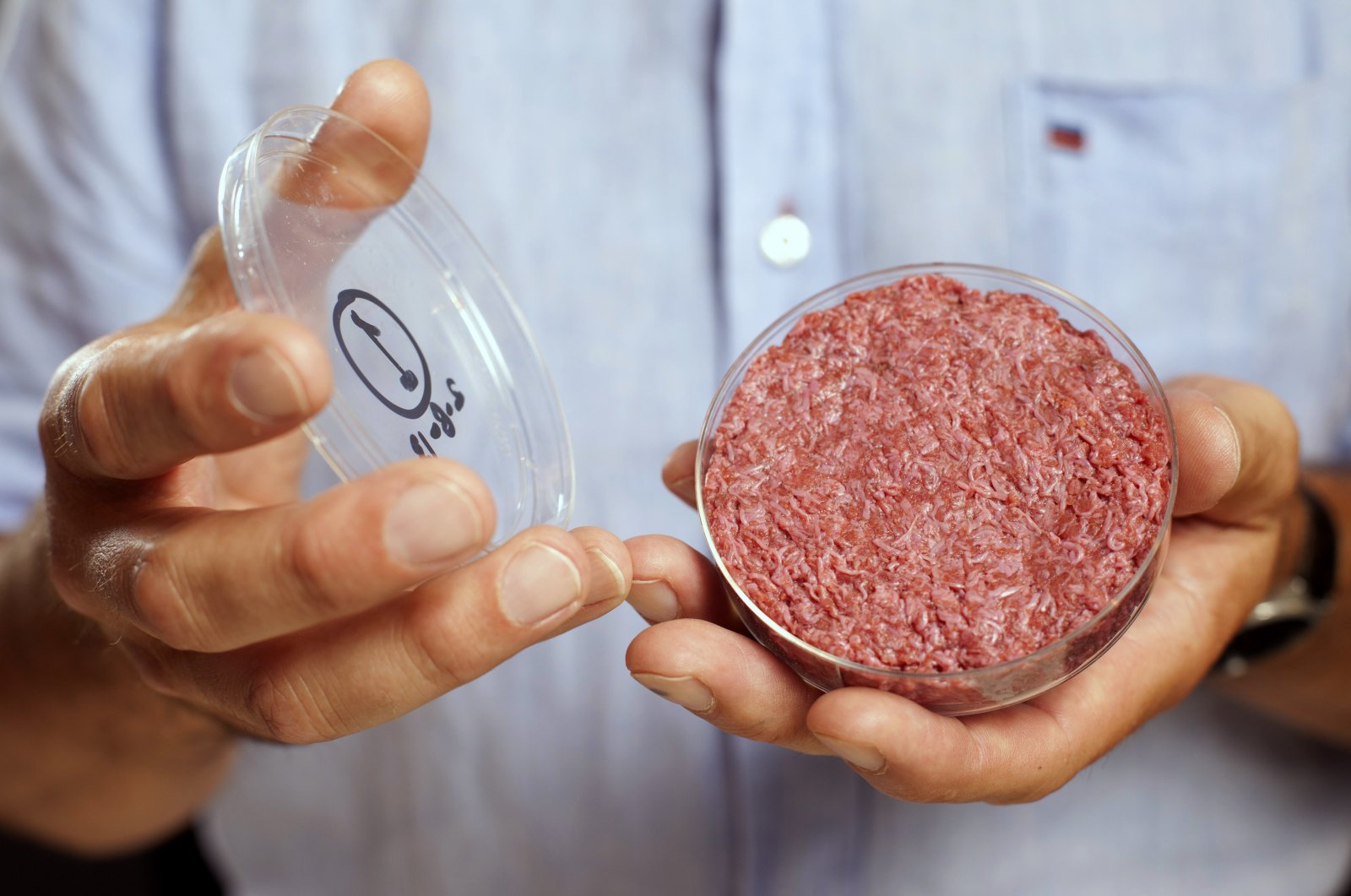 This file photo shows professor Mark Post holding the world's first lab-grown beef patty during a launch event in west London, Aug. 5, 2013. (Reuters Photo)